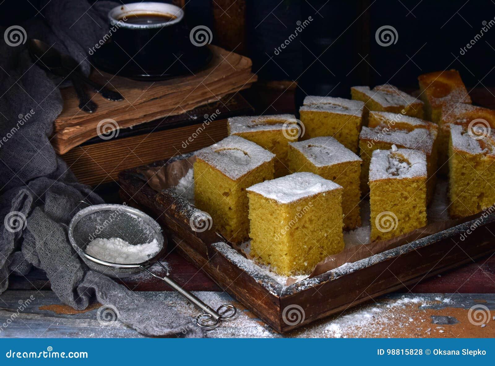 Домодельный торт мозоли с tangerines на темной предпосылке Традиционный бразильский сладостный пирог cornbread Унылое стиля темно