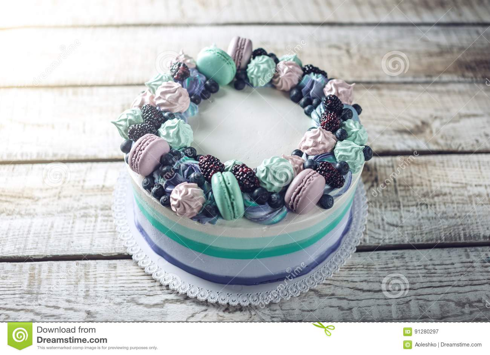 Домодельный торт с ежевиками, голубиками, меренгой и зефирами ягод