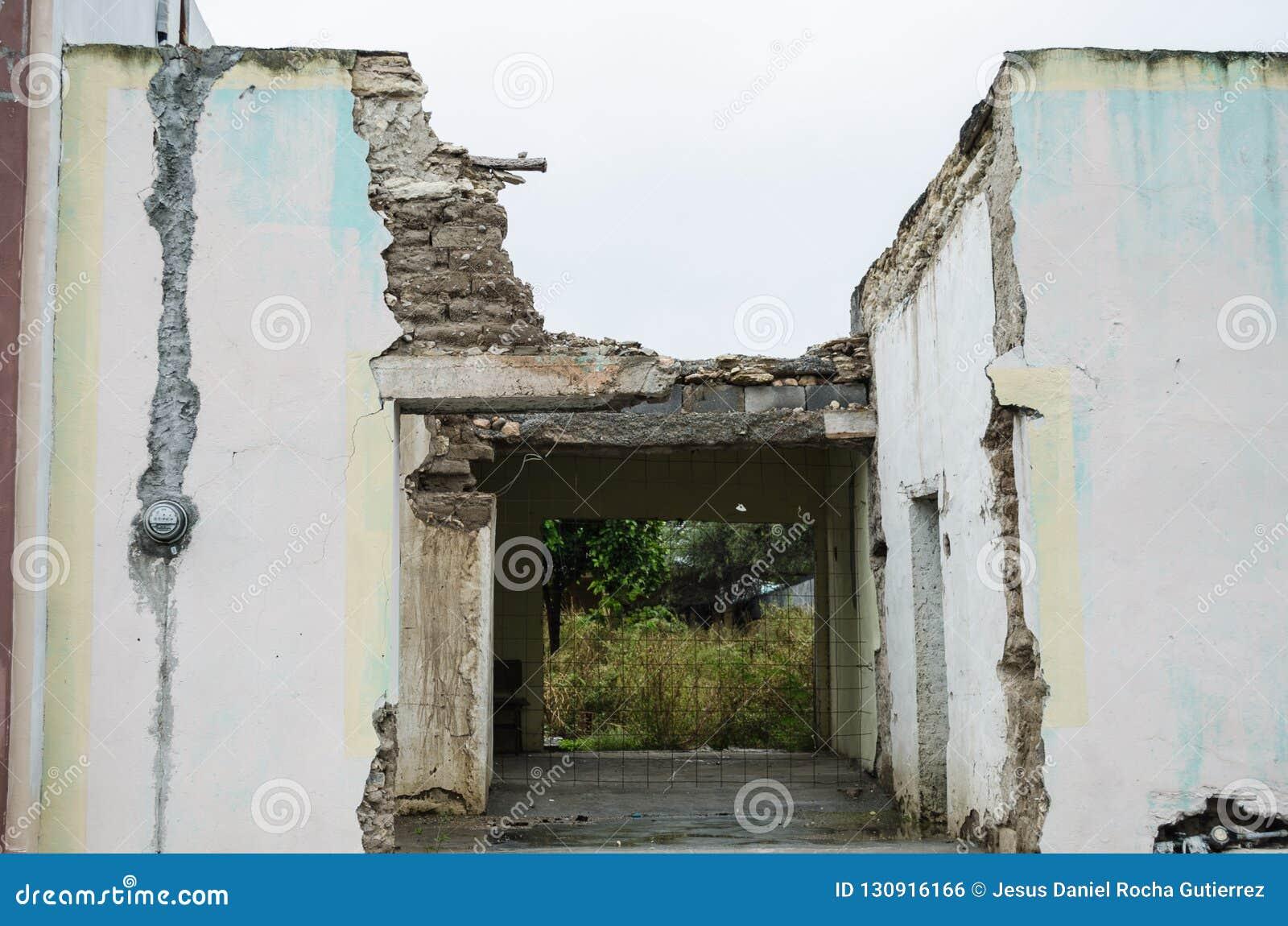 Домой покинутый и поврежденный проходом лет, старой конструкцией дома семьи