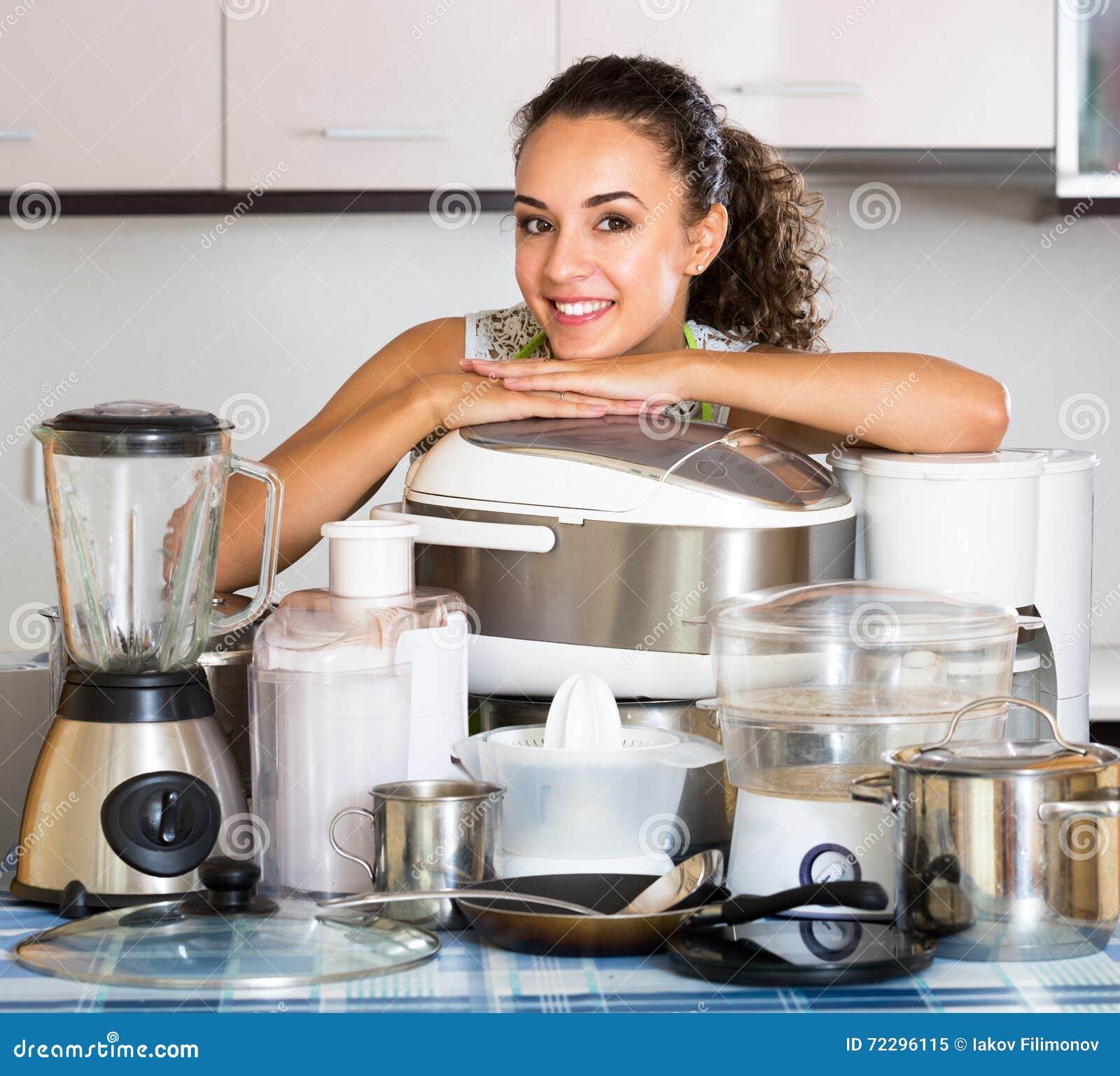 Download Домохозяйка с Multicooker и приборами Стоковое Изображение - изображение насчитывающей кашевар, lifestyle: 72296115