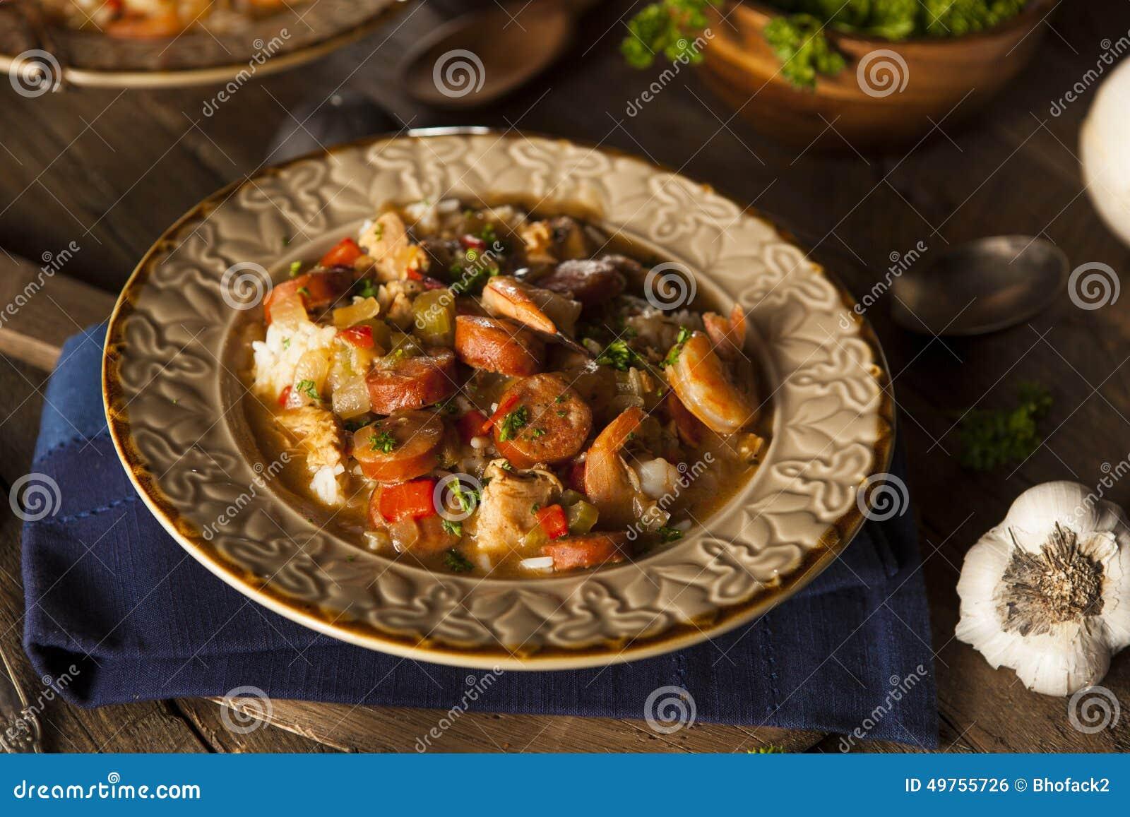Домодельная бамия Cajun креветки и сосиски