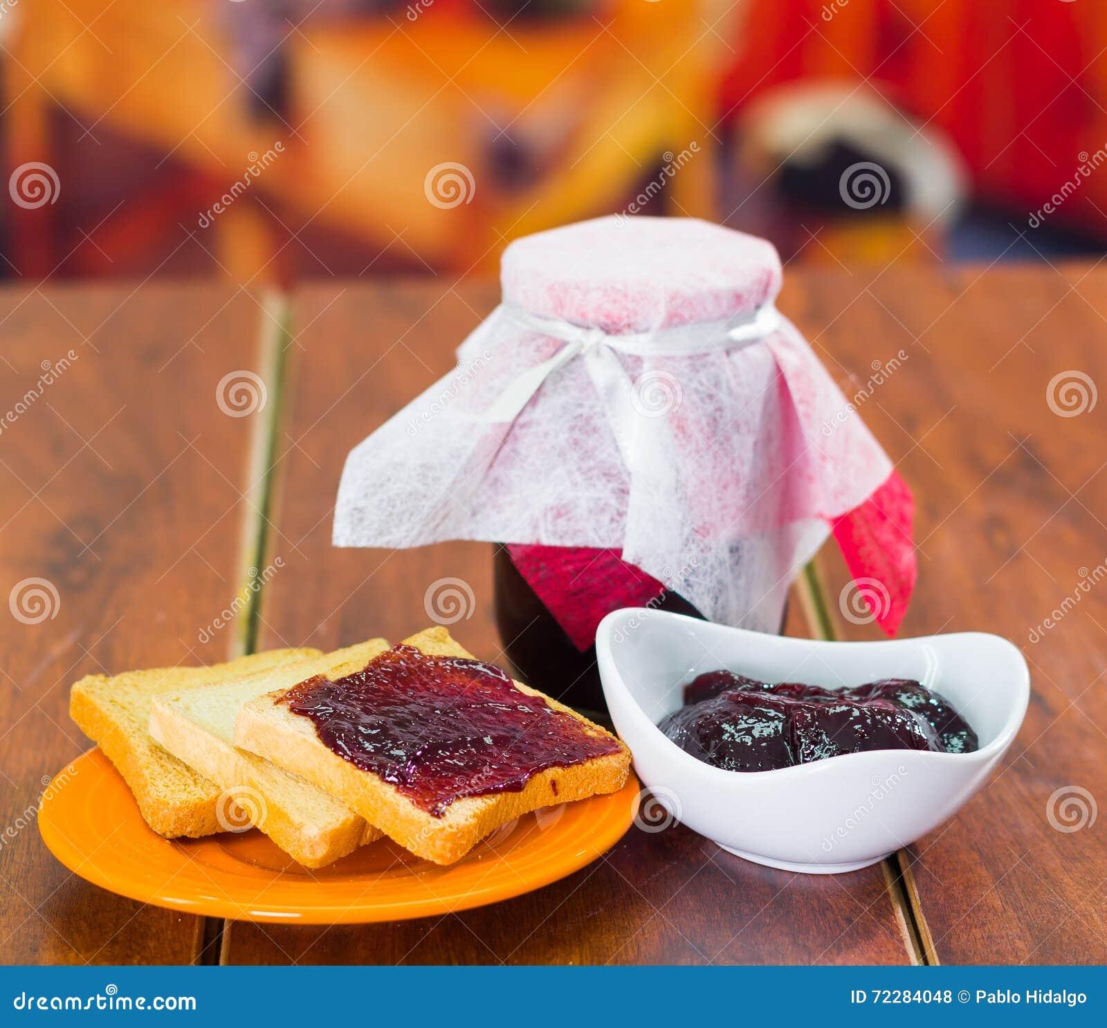 Download Домодельное свежее варенье в стекловарном горшке и белое блюдо с здравицами на стороне, очень вкусной Стоковое Фото - изображение насчитывающей зерно, свежесть: 72284048