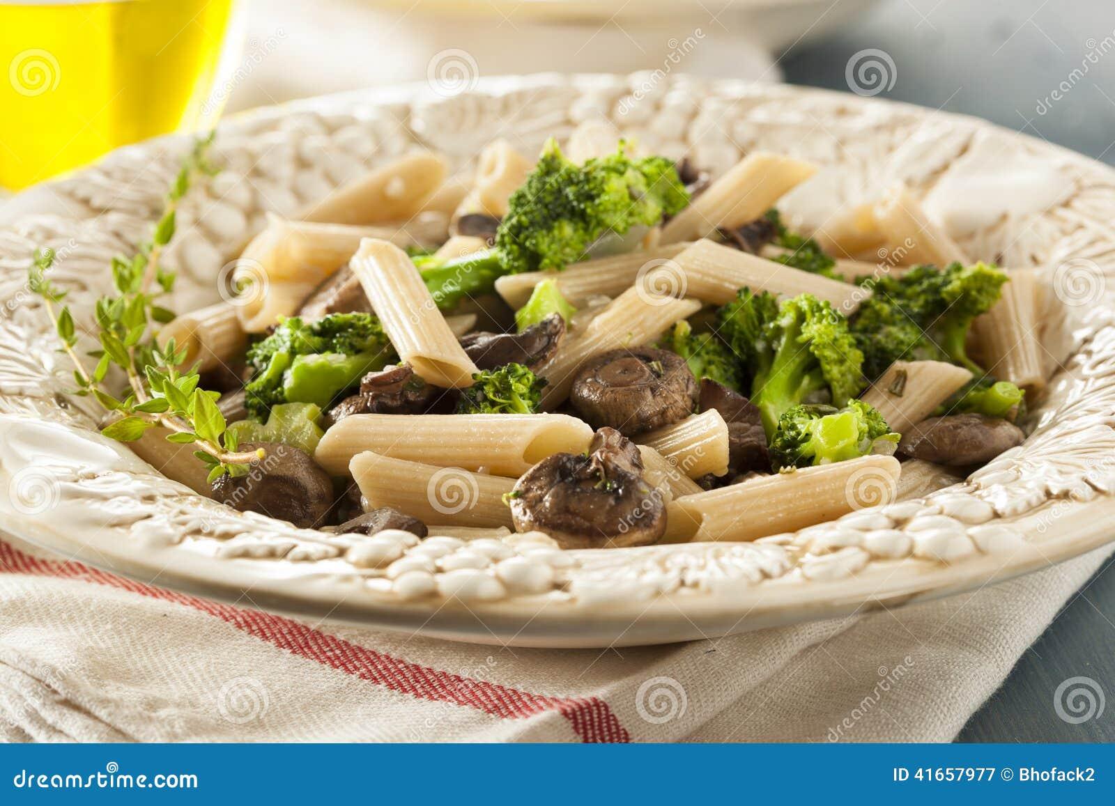 Домодельные макаронные изделия брокколи и пармезана
