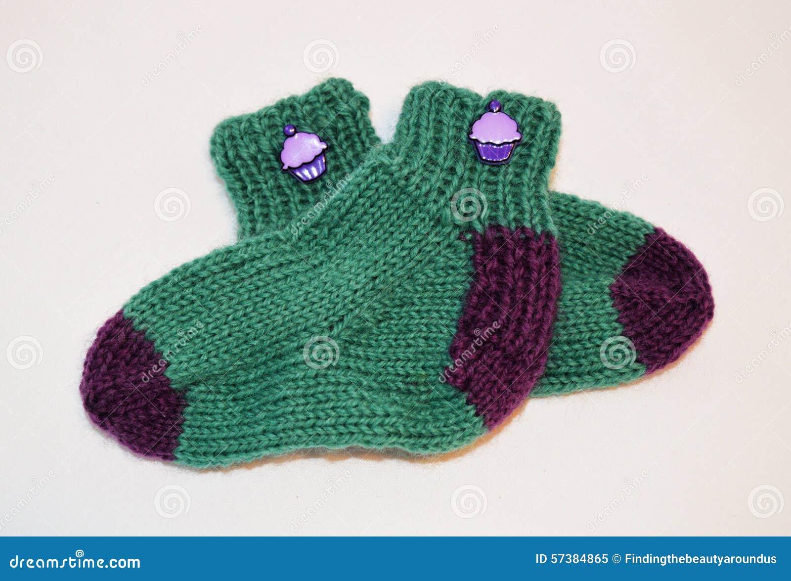Домодельные связанные носки младенца