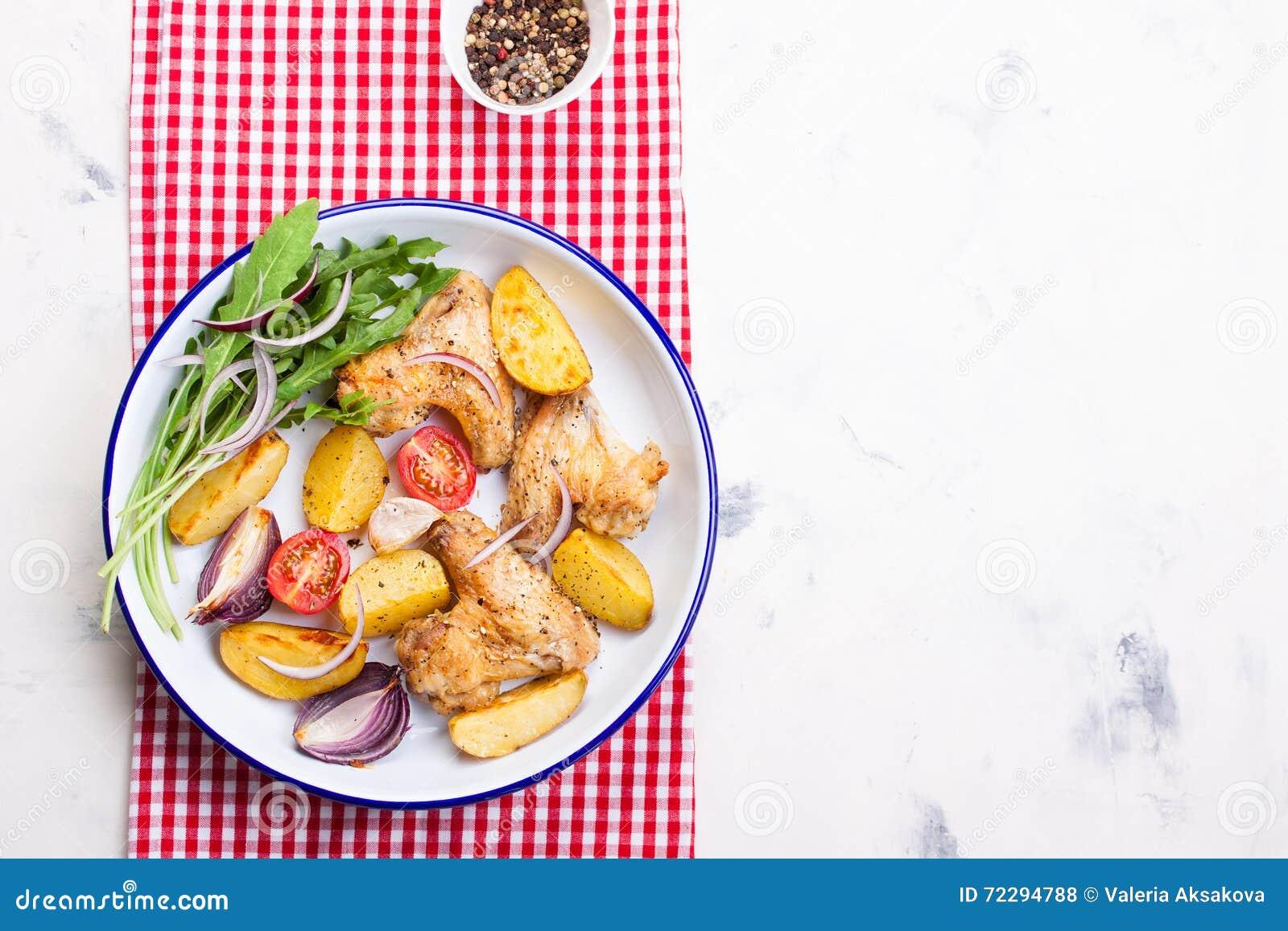 Download Домодельный вкусный зажаренный в духовке цыпленк цыпленок подгоняет с зажаренной в духовке картошкой с овощами в шаре эмали Стоковое Фото - изображение насчитывающей closeup, цыпленок: 72294788