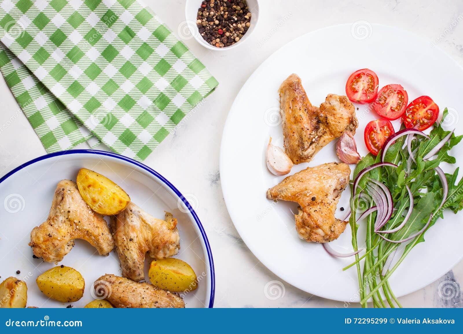 Download Домодельный вкусный зажаренный в духовке цыпленк цыпленок подгоняет с зажаренной в духовке картошкой с овощами в шаре эмали Стоковое Изображение - изображение насчитывающей вкусно, кудряво: 72295299