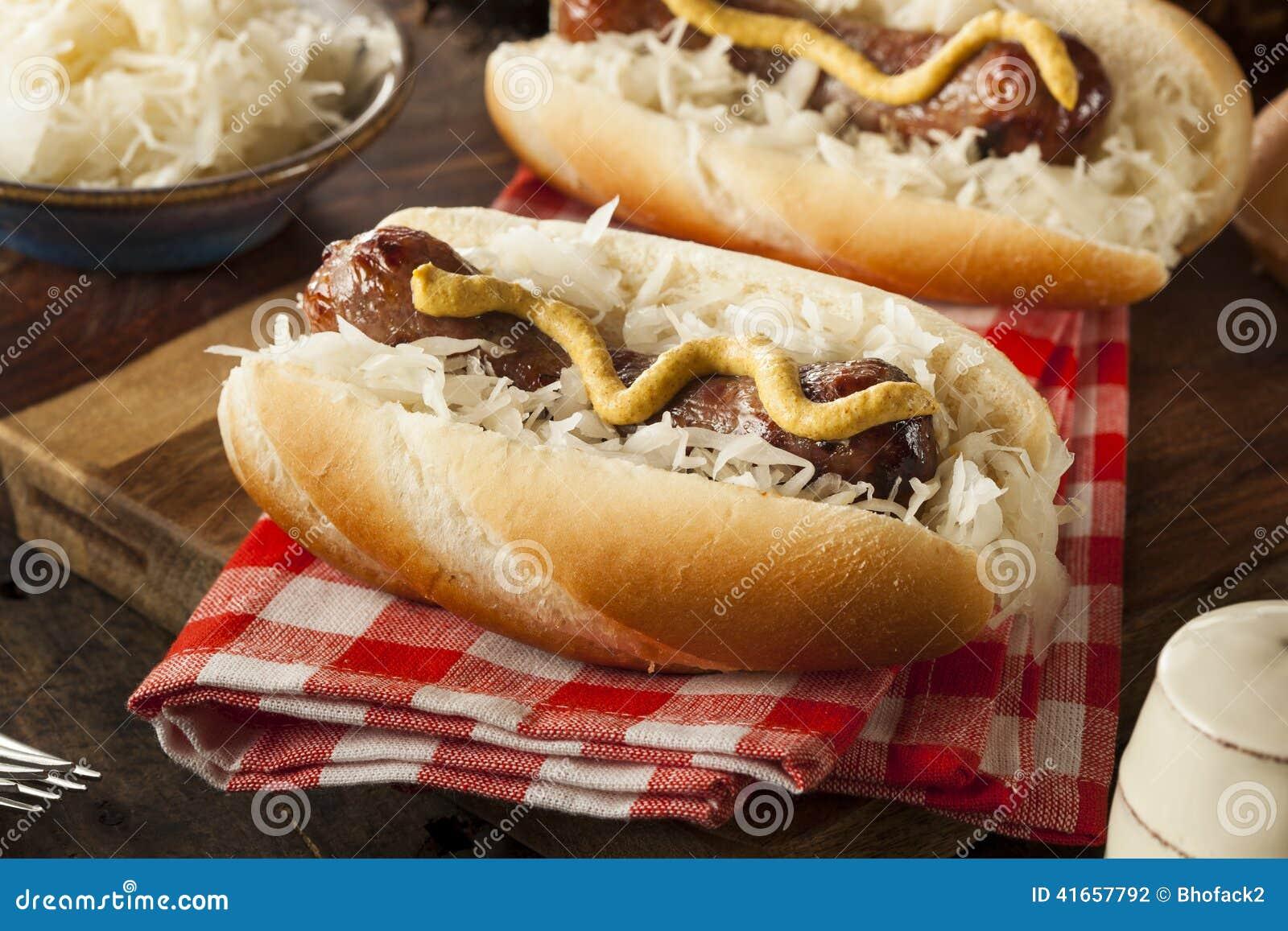 Домодельный Bratwurst с Sauerkraut