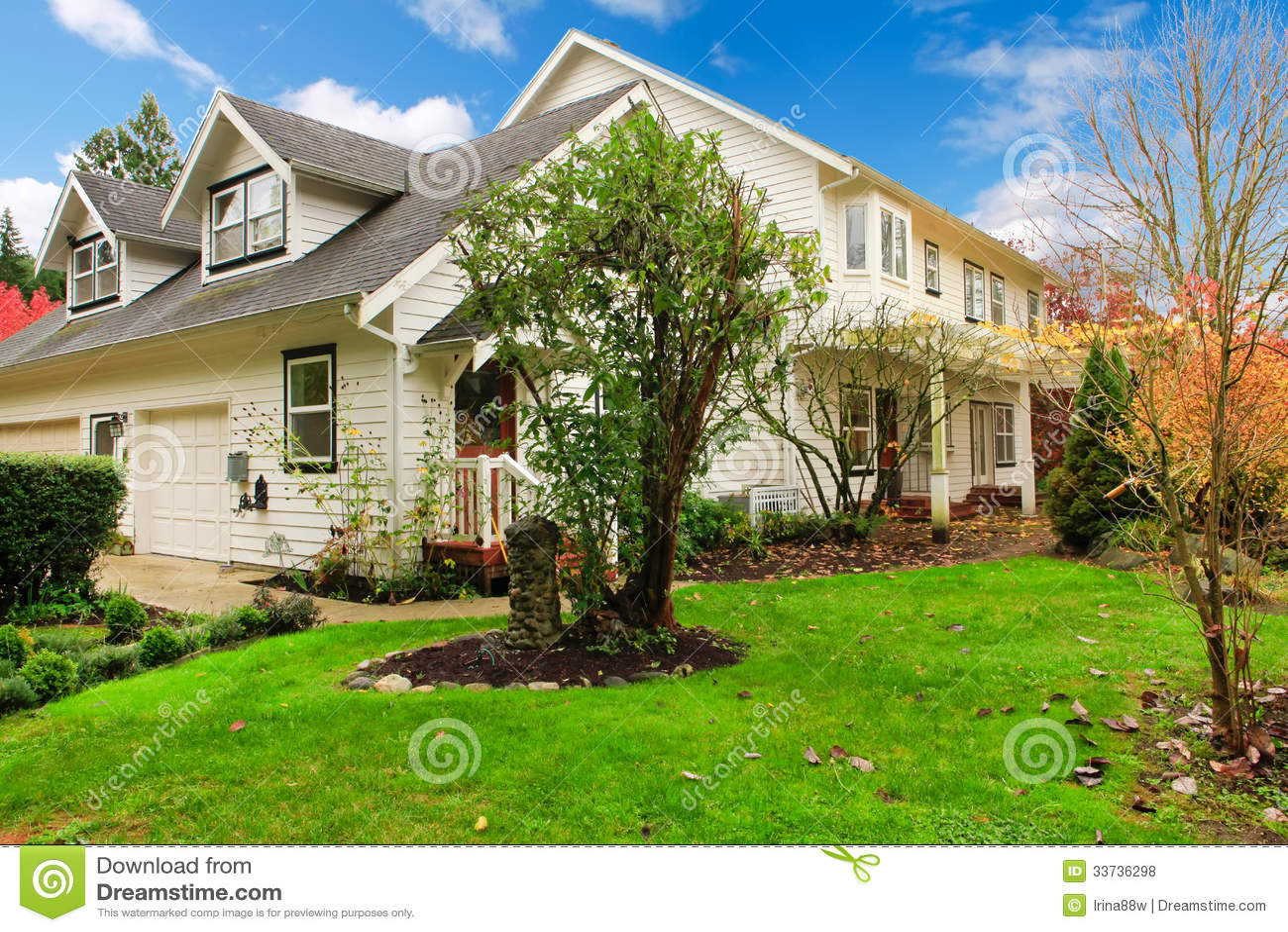 Дом белой фермы американский во время падения с зеленой травой. Покрытый