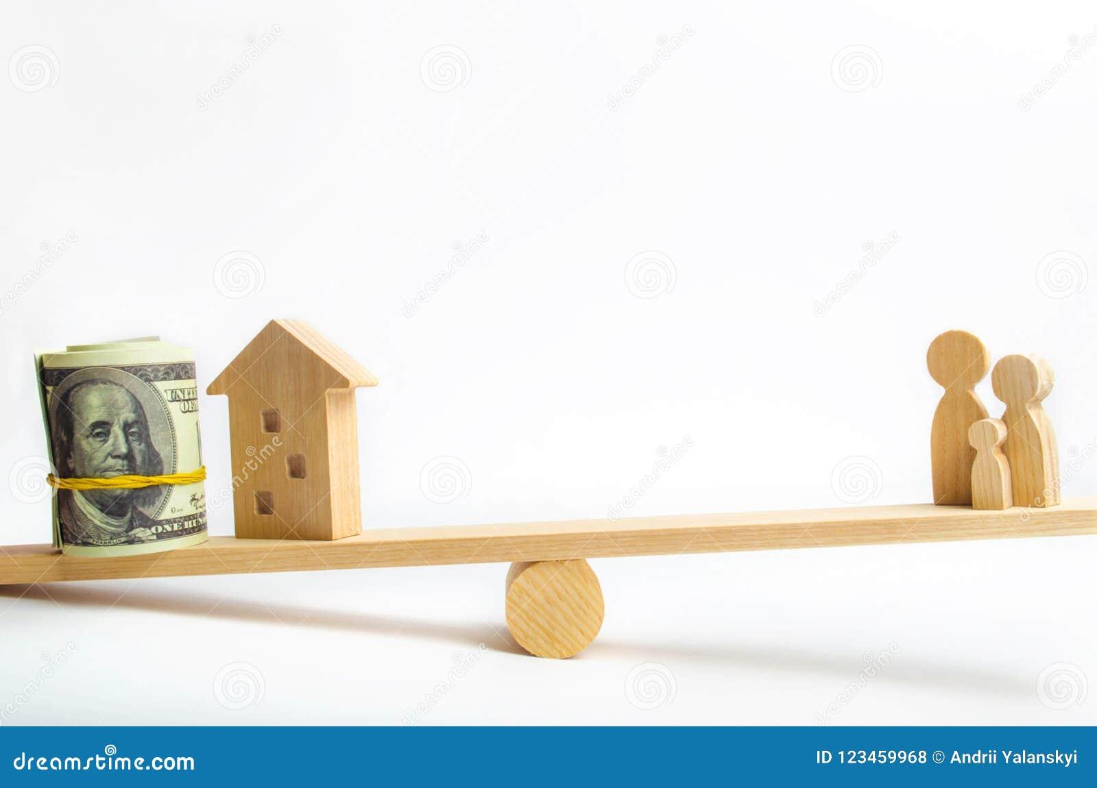 Дом, доллары и семья на масштабах Баланс покупающ, продающ, арендующ дом и квартиру кредит ипотека свойство I