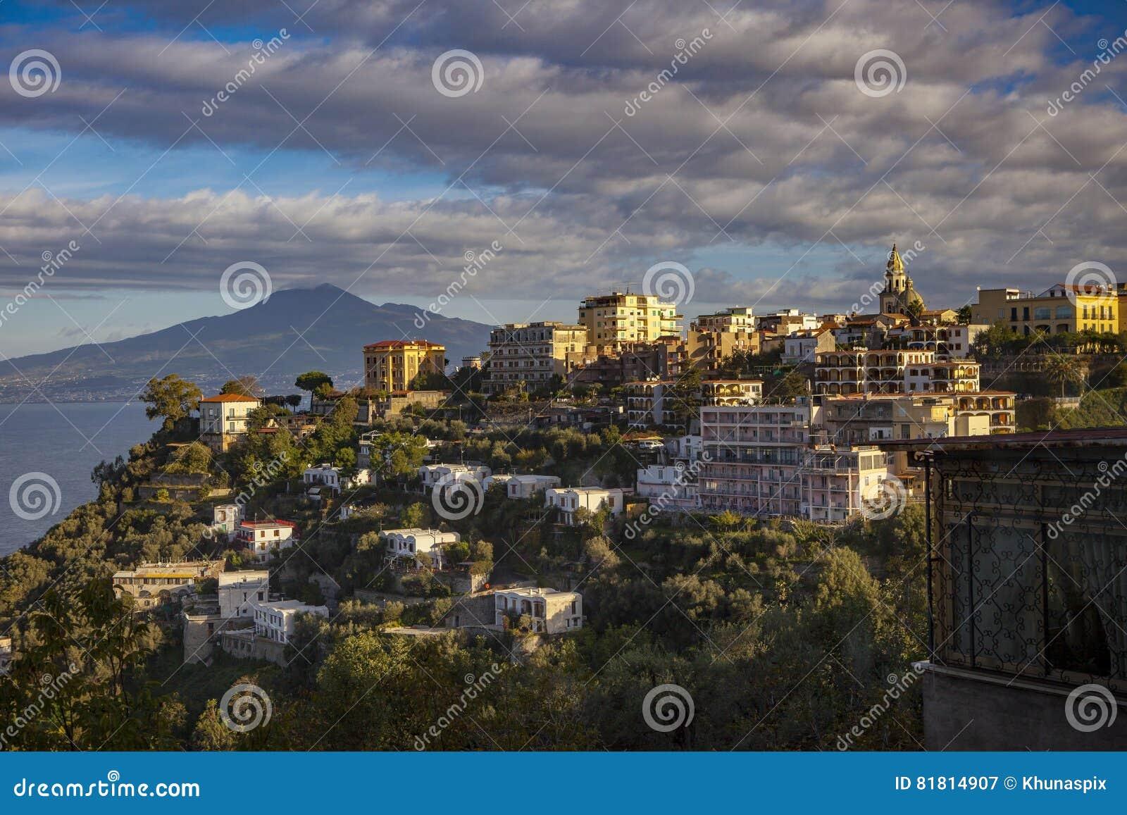 Дом и гостиница резиденции в mediterranea взгляда со стороны дороги Сорренто