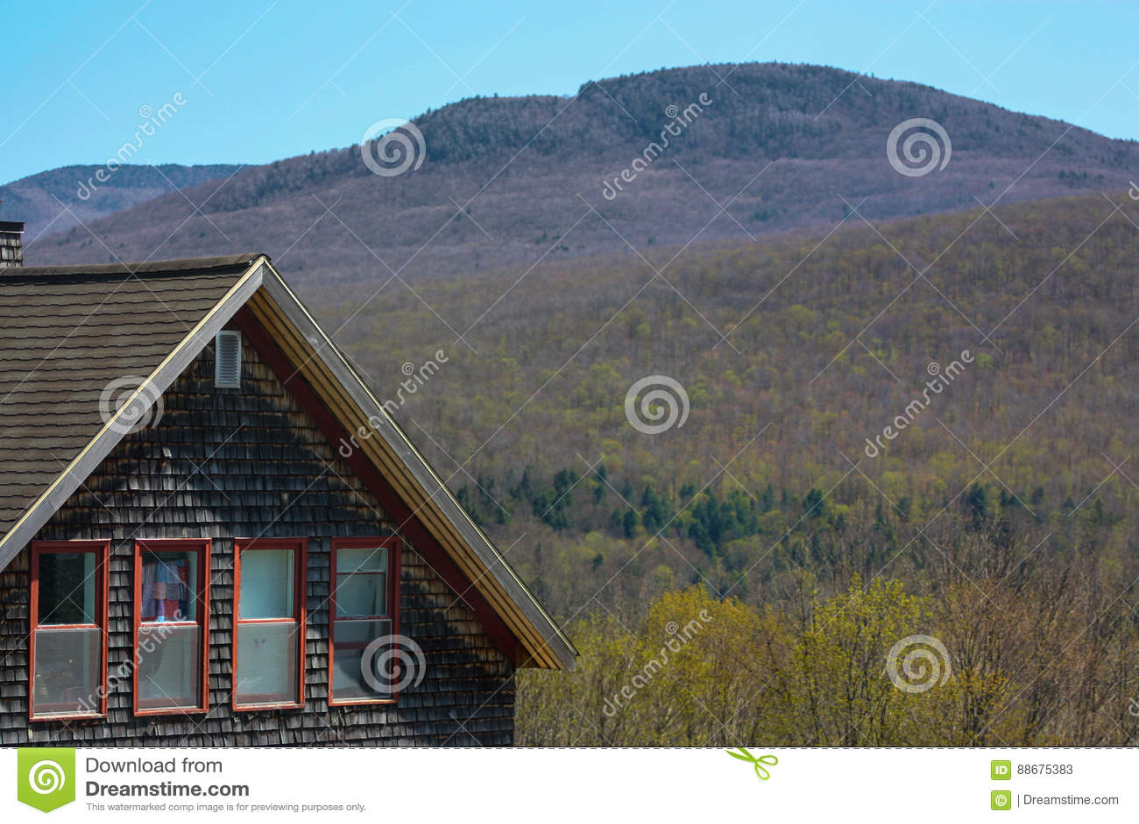 Дом и холм