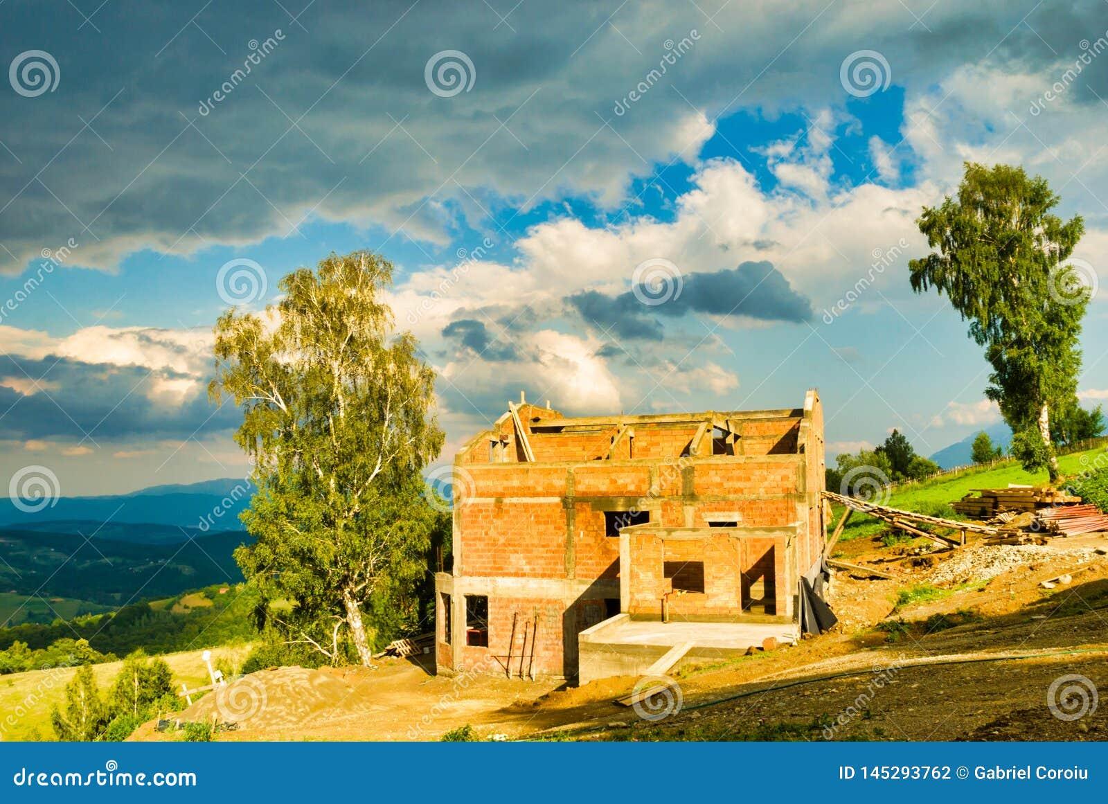 Дом кирпича построенный в горах