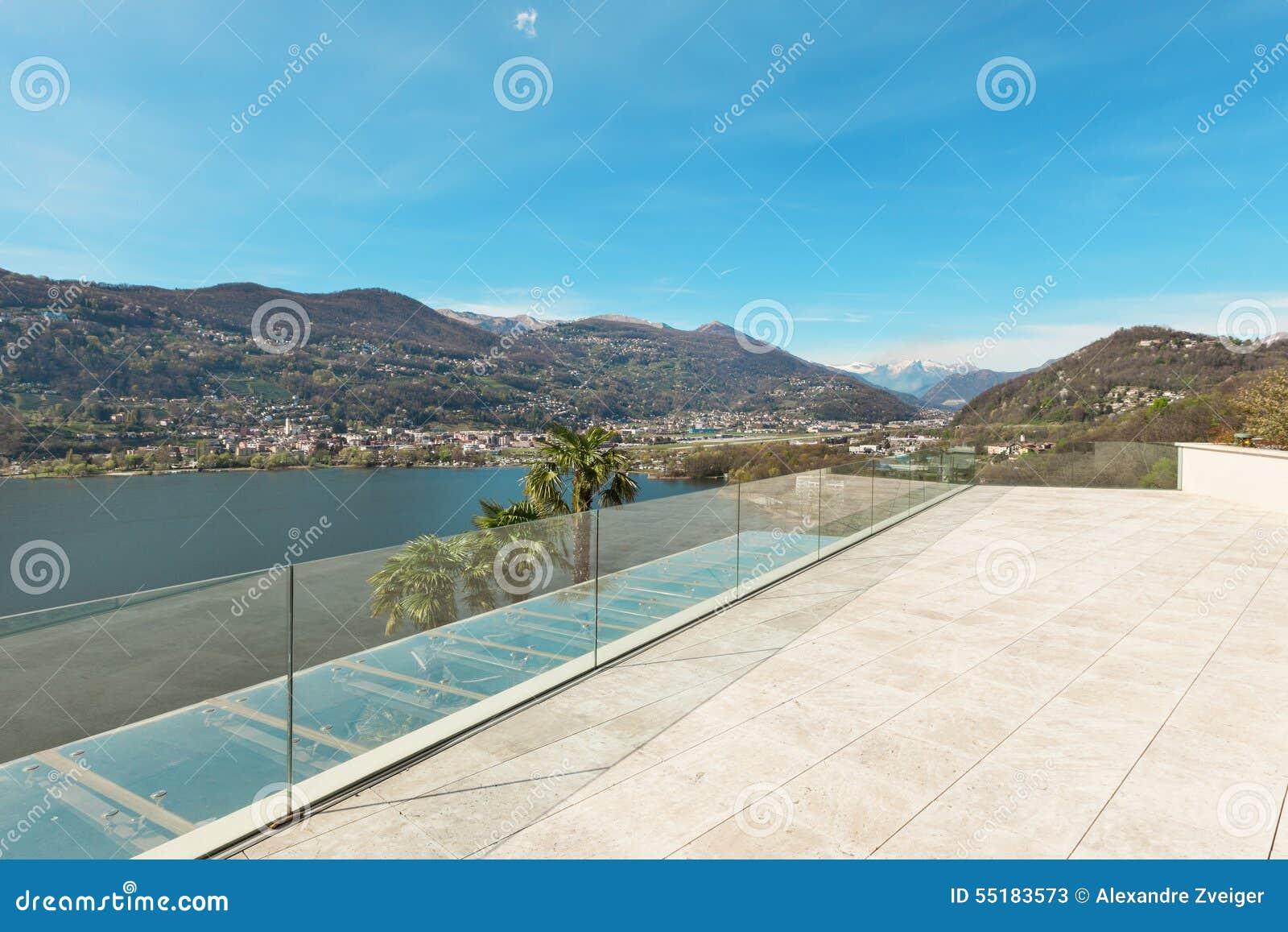 Дом, красивая веранда обозревая озеро