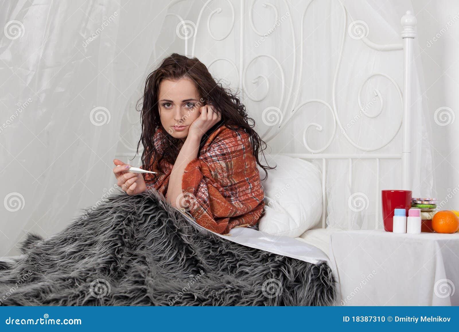дом кровати лежит больная женщина