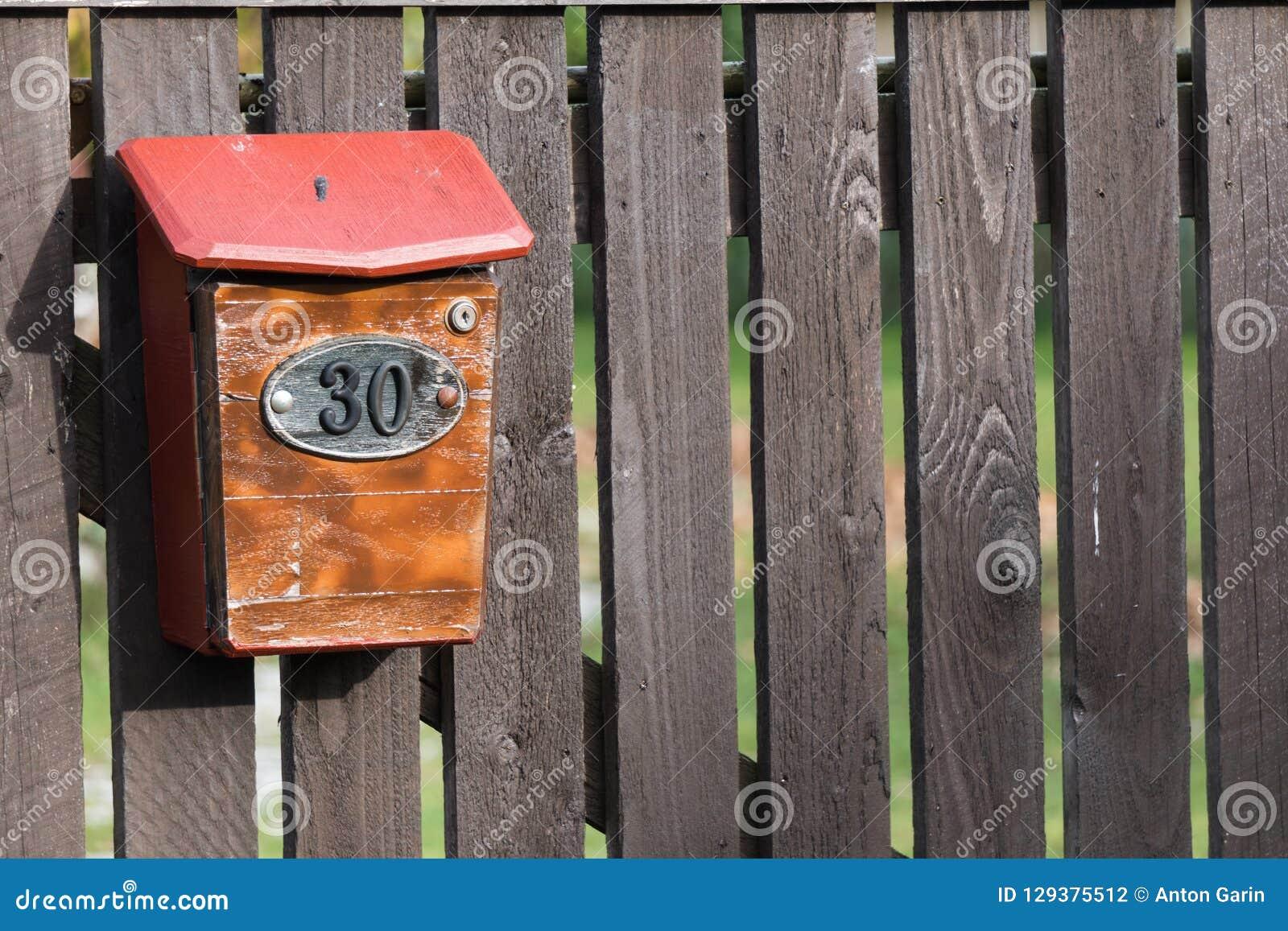 Дом 30 на почтовом ящике на старое деревянном обнесет забором удаленную деревню