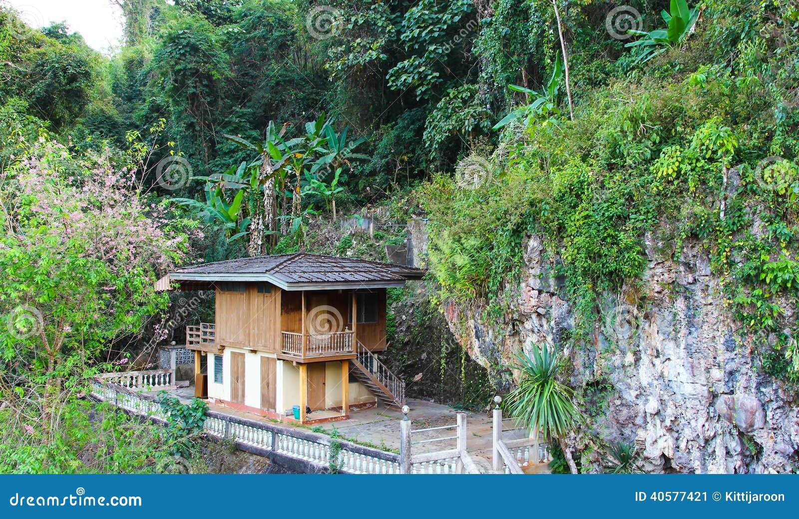 Дом на холме в природе