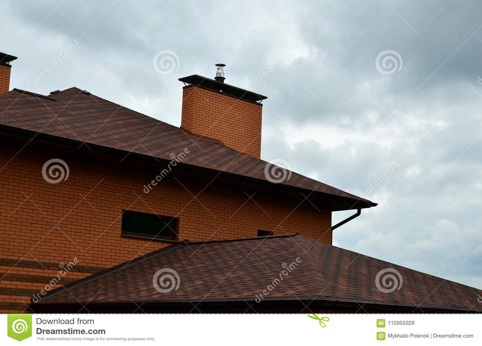 Дом оборудован с высококачественным толем плиток битума гонт Хороший пример совершенного толя Крыша relia