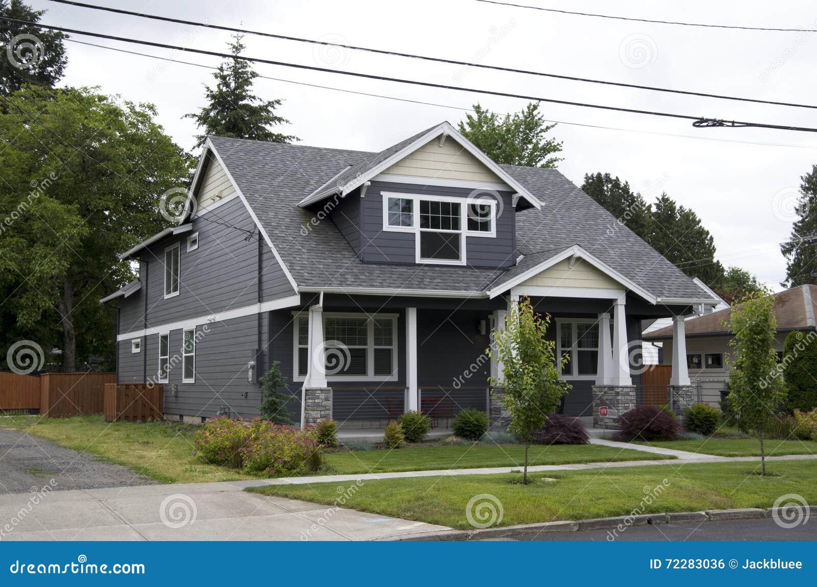 Download Дом среднего класса Америки Стоковое Фото - изображение насчитывающей конструкция, садовничать: 72283036