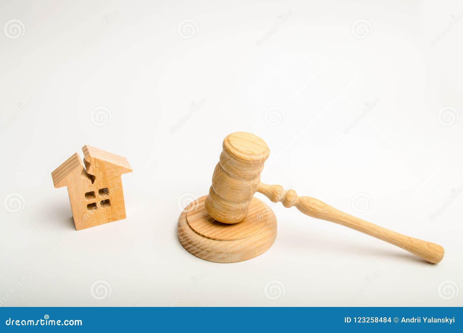 Дом с отказом и ` s судьи бьют молотком Домашний ремонт восстановление Дела суда на недвижимости разрушение свойства Compens