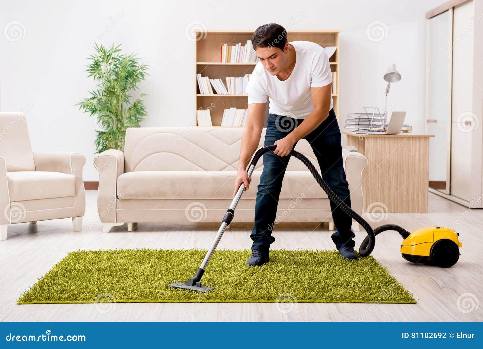 Дом чистки человека с пылесосом