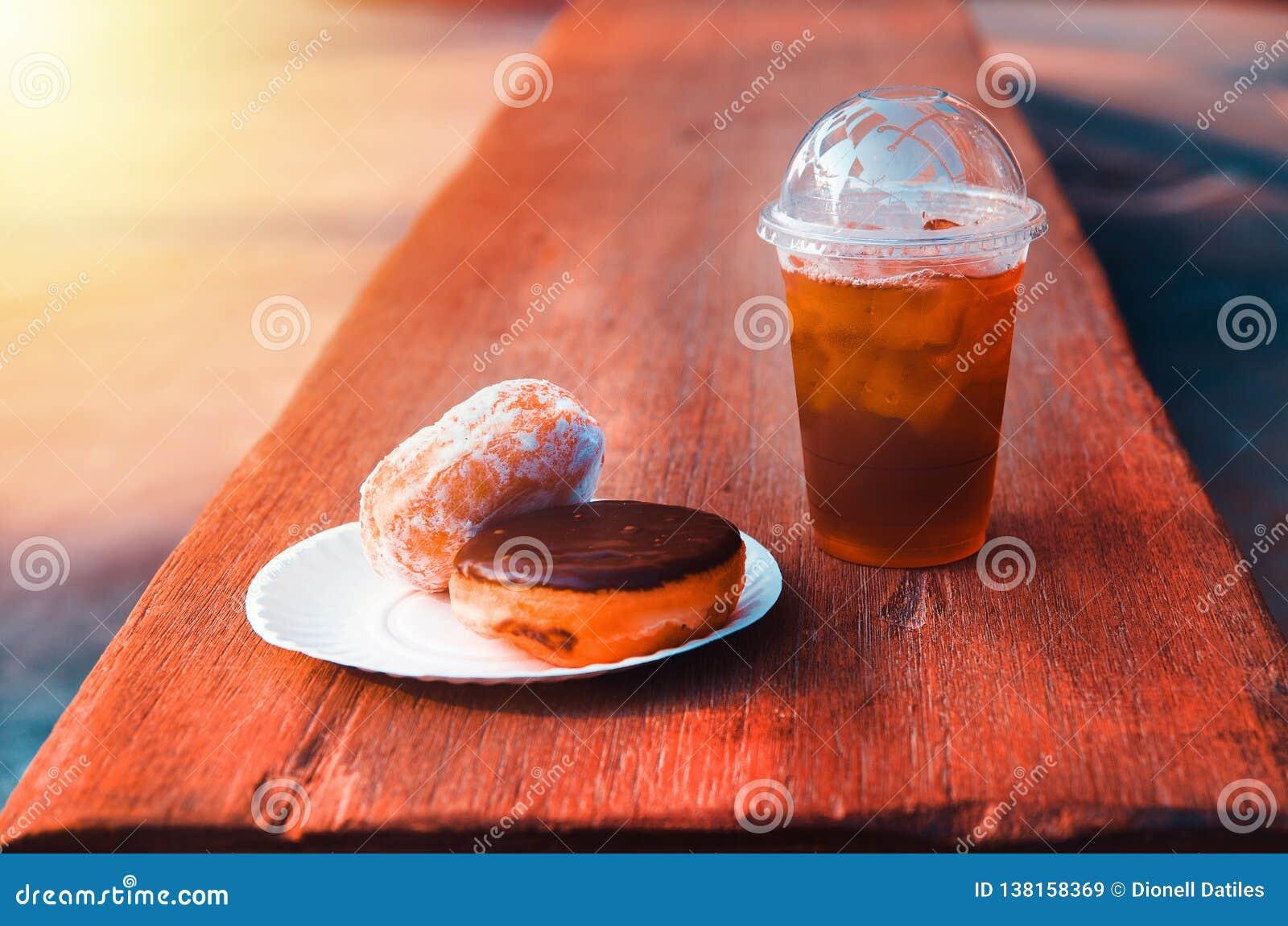 Донут и чай со льдом