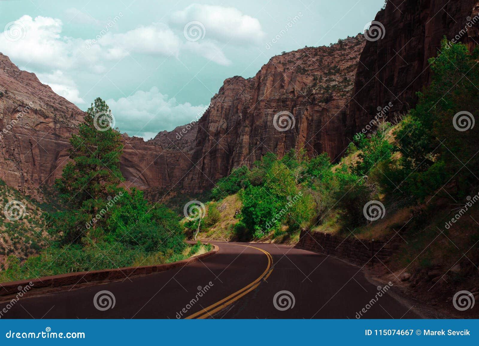 Дорога асфальта пустая в каньоне долины