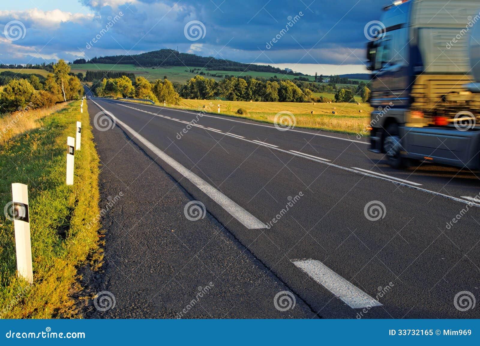 Дорога асфальта через поля к горизонту