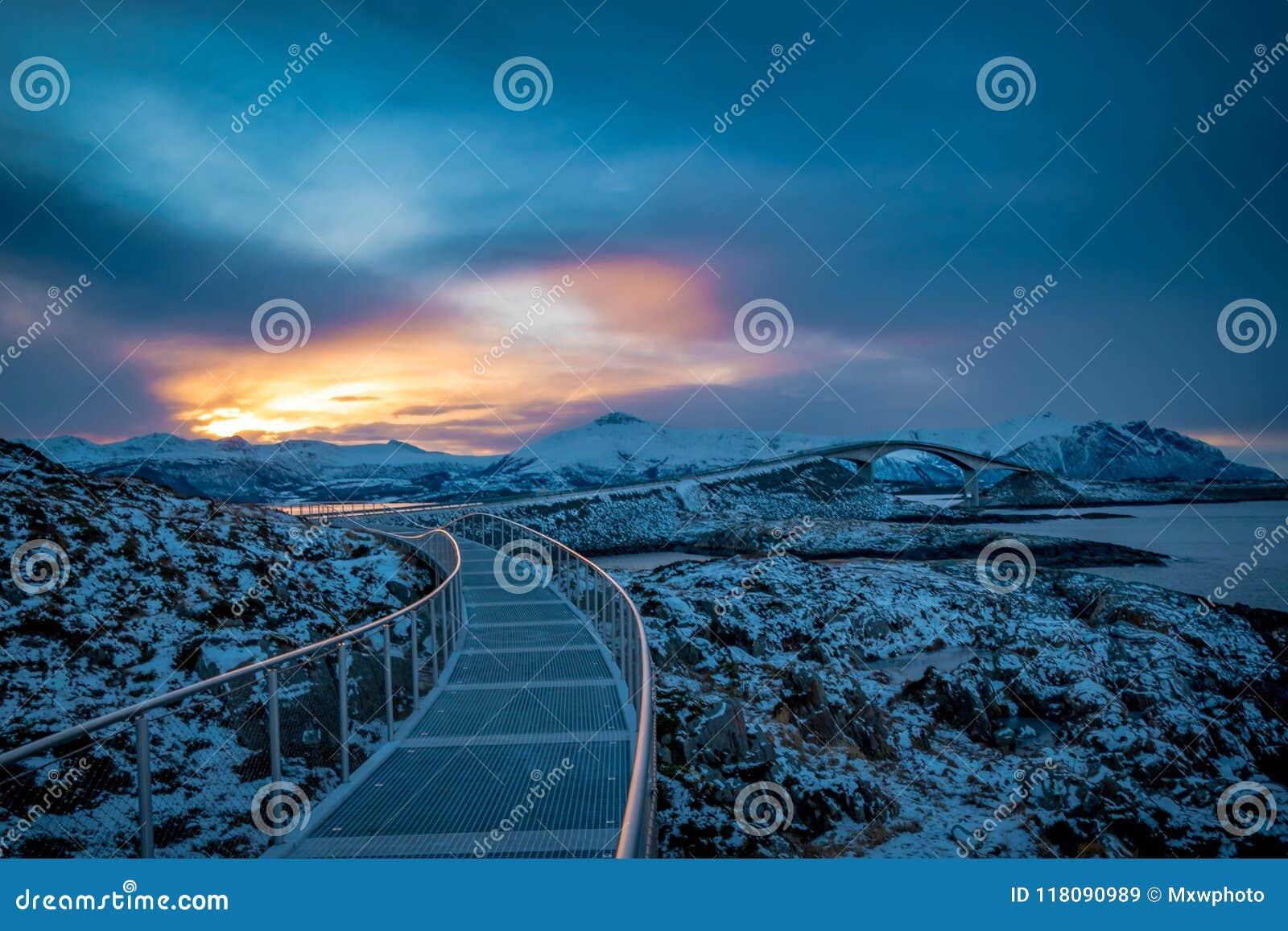 Дорога Атлантического океана в ландшафте зимы Норвегии