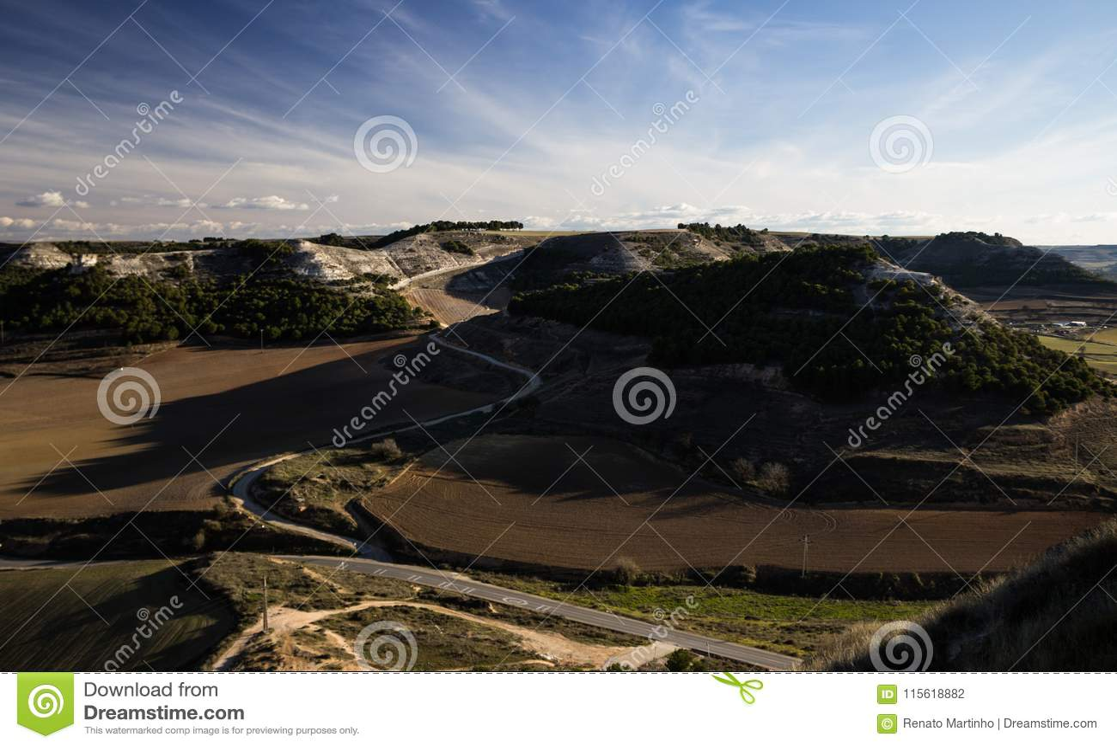 Дорога вдоль холмов