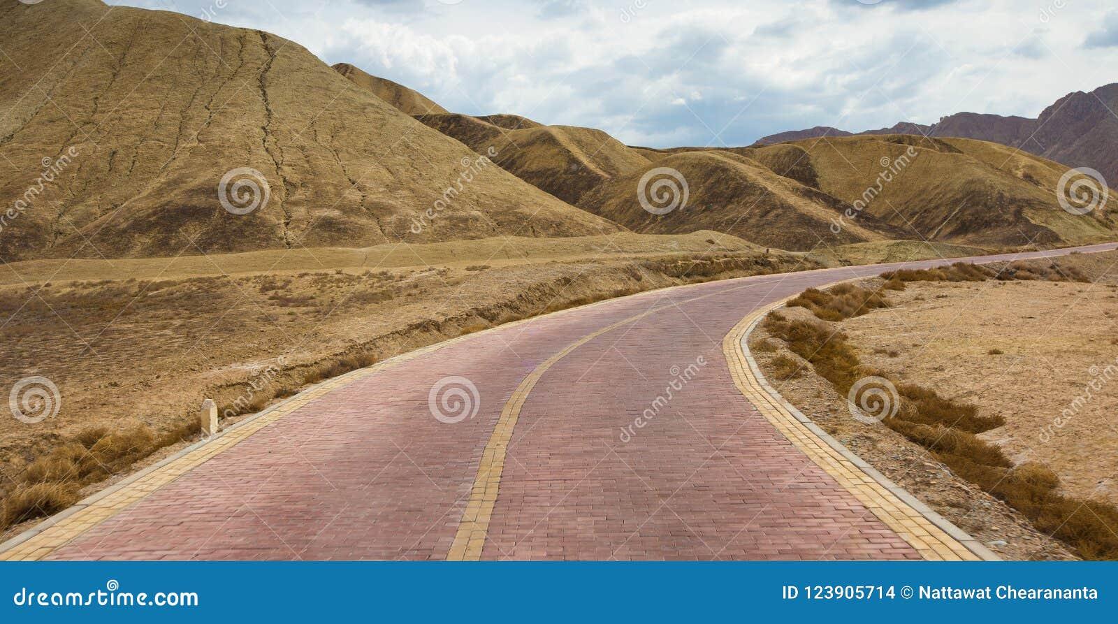 Дорога вперед к небу красивой горы славному