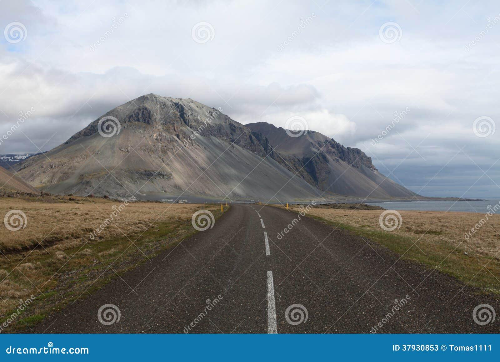 Дорога вдоль юговосточного побережья Исландии.
