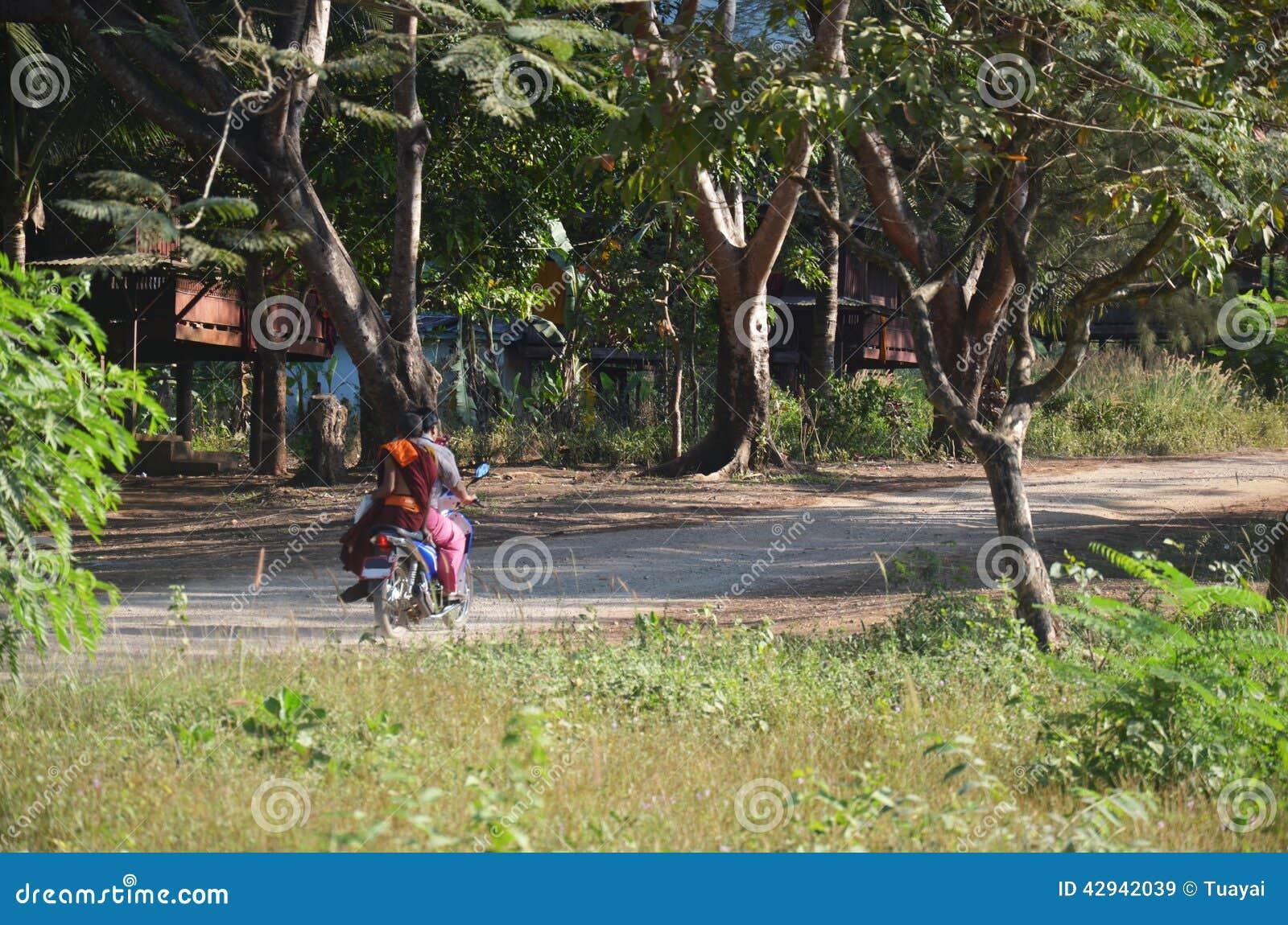 Дорога в сельской местности на монастыре Ya животиков Tai