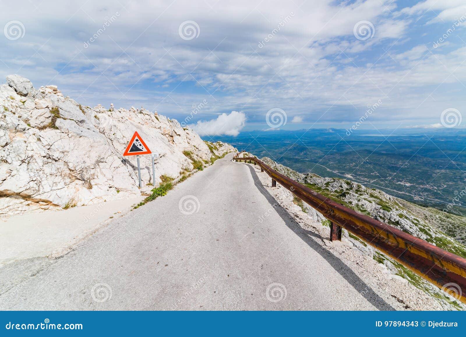 Дорога горы гудронированного шоссе