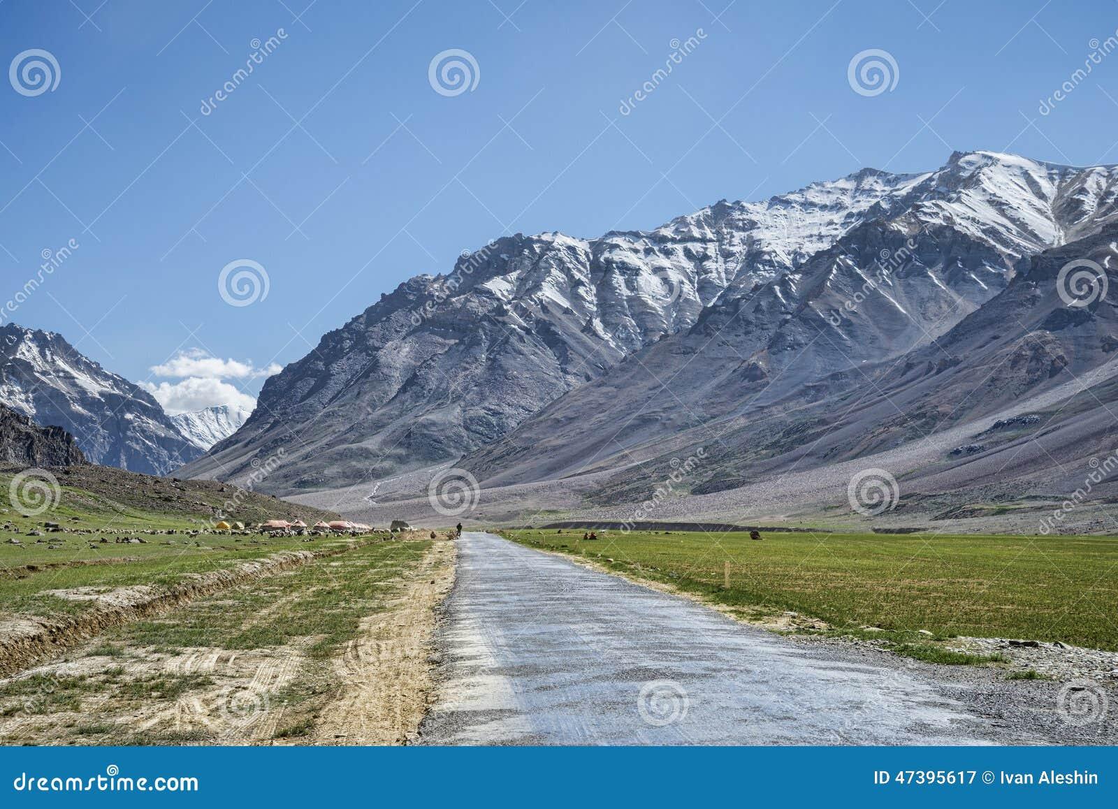 Дорога горы среди пиков снега