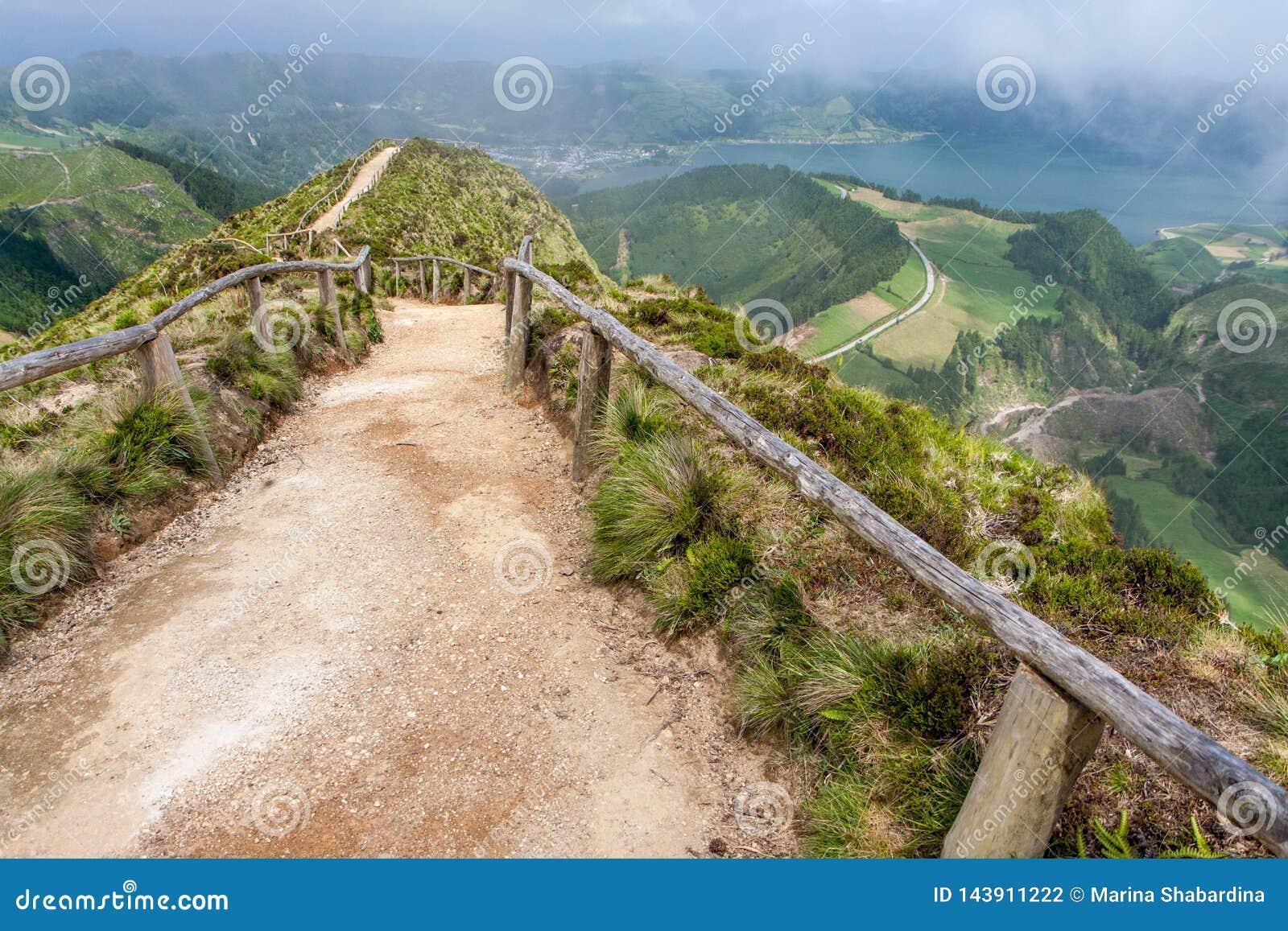 Дорога горы с целью озера ориентира
