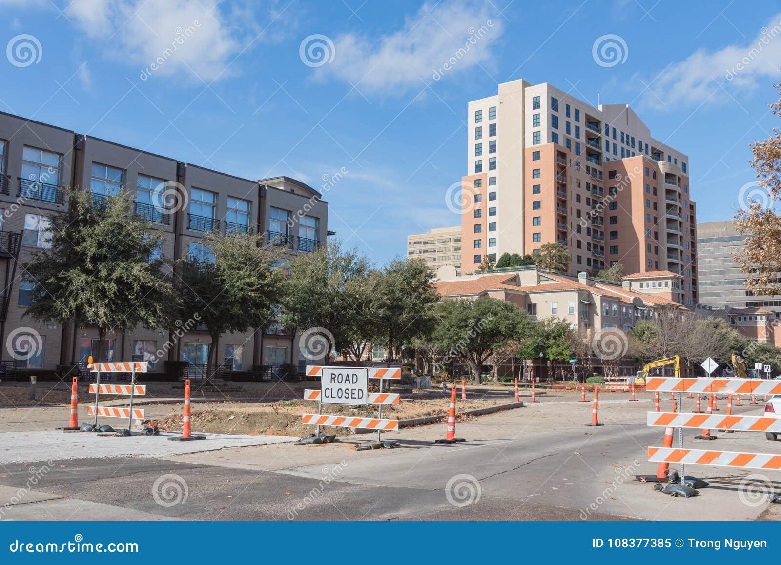 Дорога закрыла подписывает внутри городского Ирвинга, Техаса, США