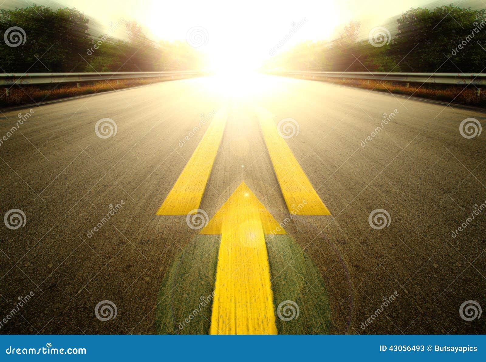 Дорога и желтая стрелка