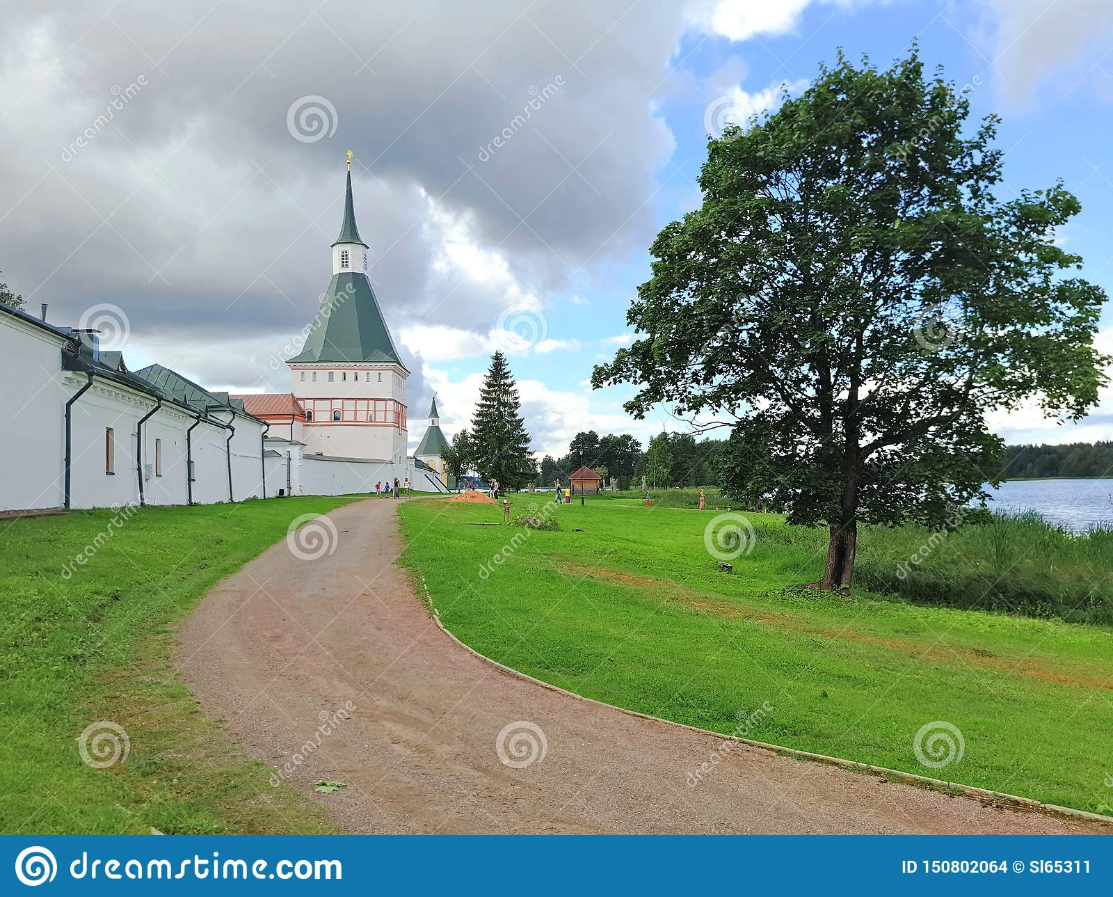 Дорога проходя стены старого монастыря