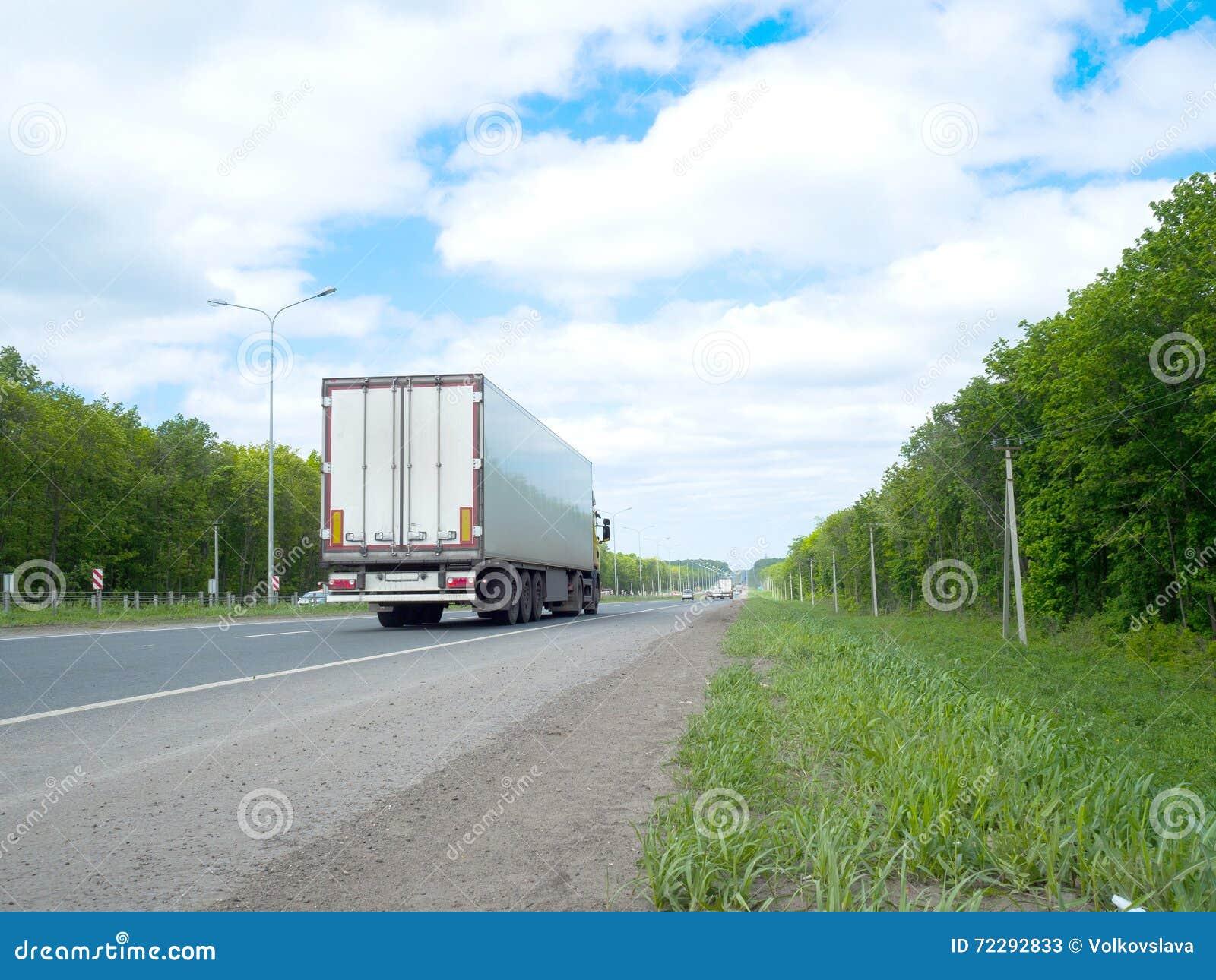 Download Дорога с Moving автомобилями и зелеными окрестностями на сторонах Стоковое Изображение - изображение насчитывающей хайвей, горизонт: 72292833