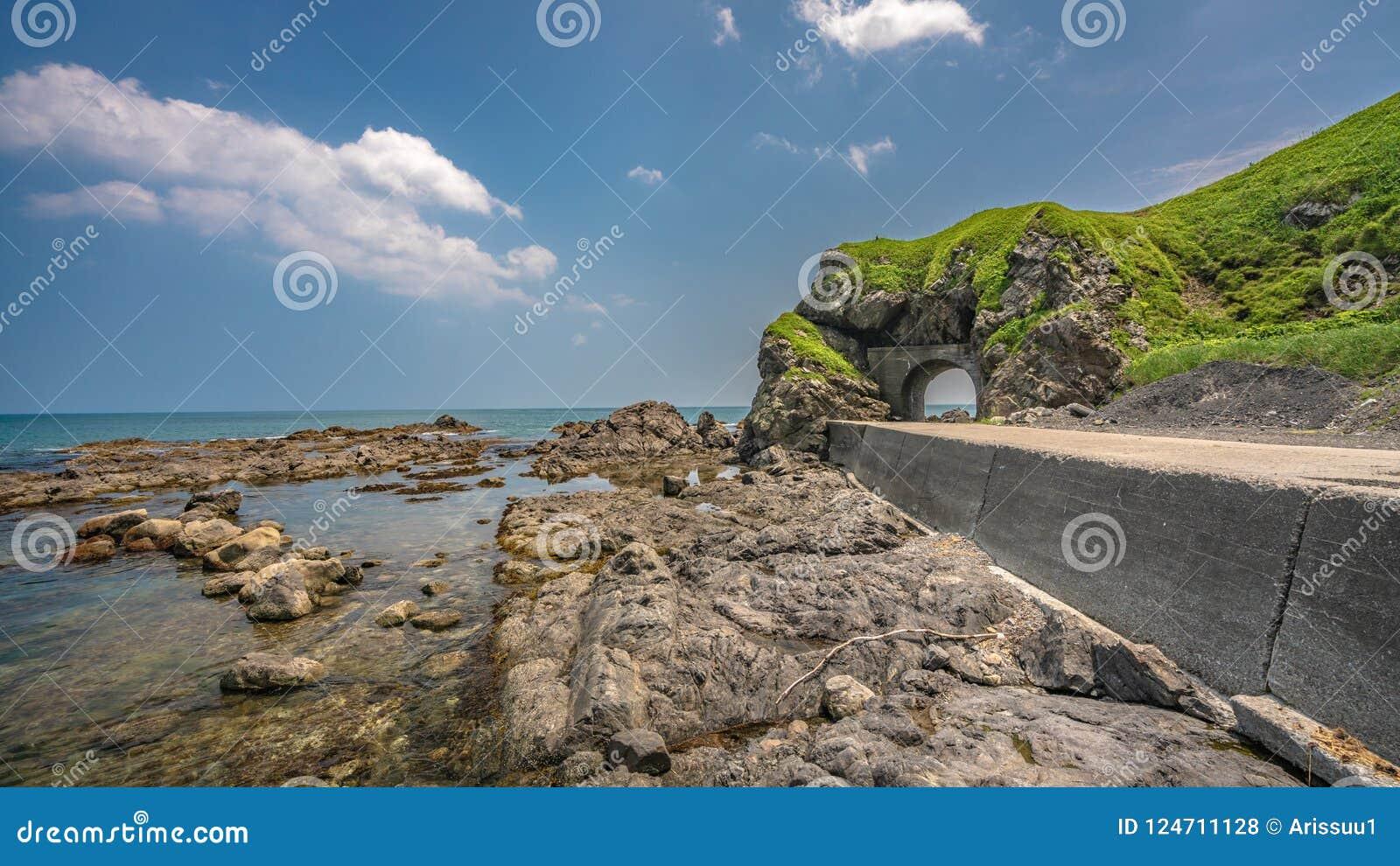 Дорога тоннеля с точкой зрения моря
