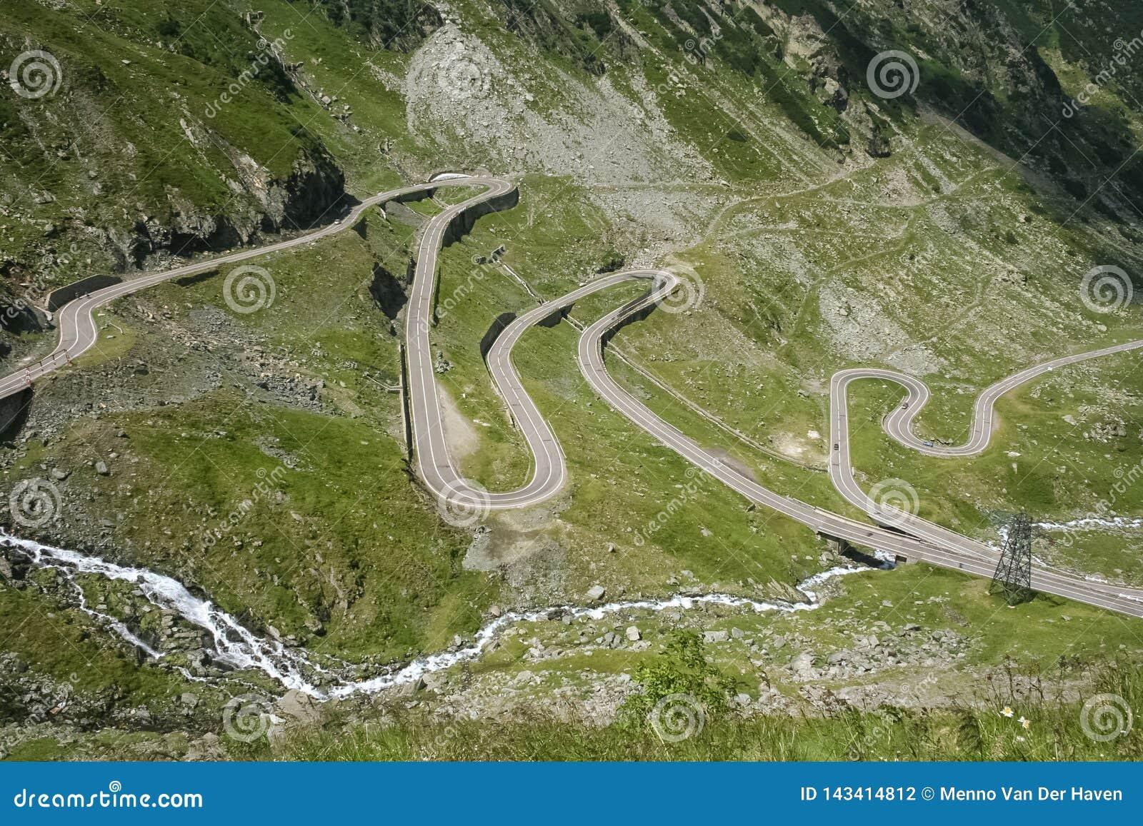 Дорога Hairpin перевала Transfagaras в центральной Румынии