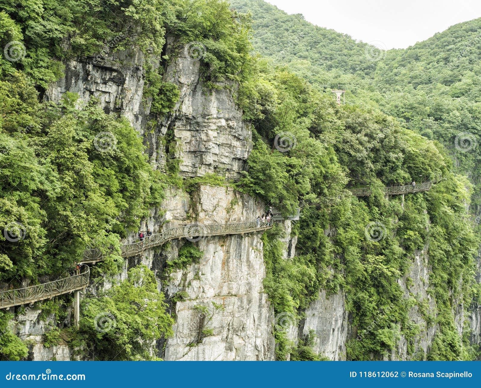 Дорожка на горе Tianmen, строб смертной казни через повешение скалы ` s рая на Zhangjiagie, провинции Хунань, Китае, Азии