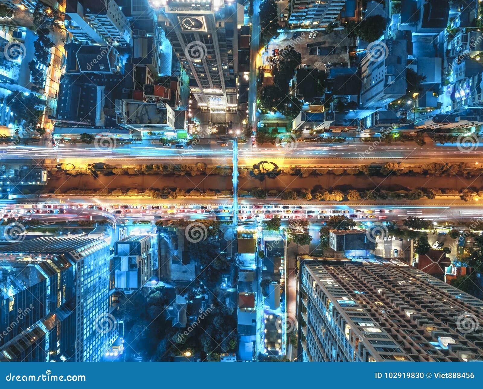 Дорожное движение в городе на Таиланде