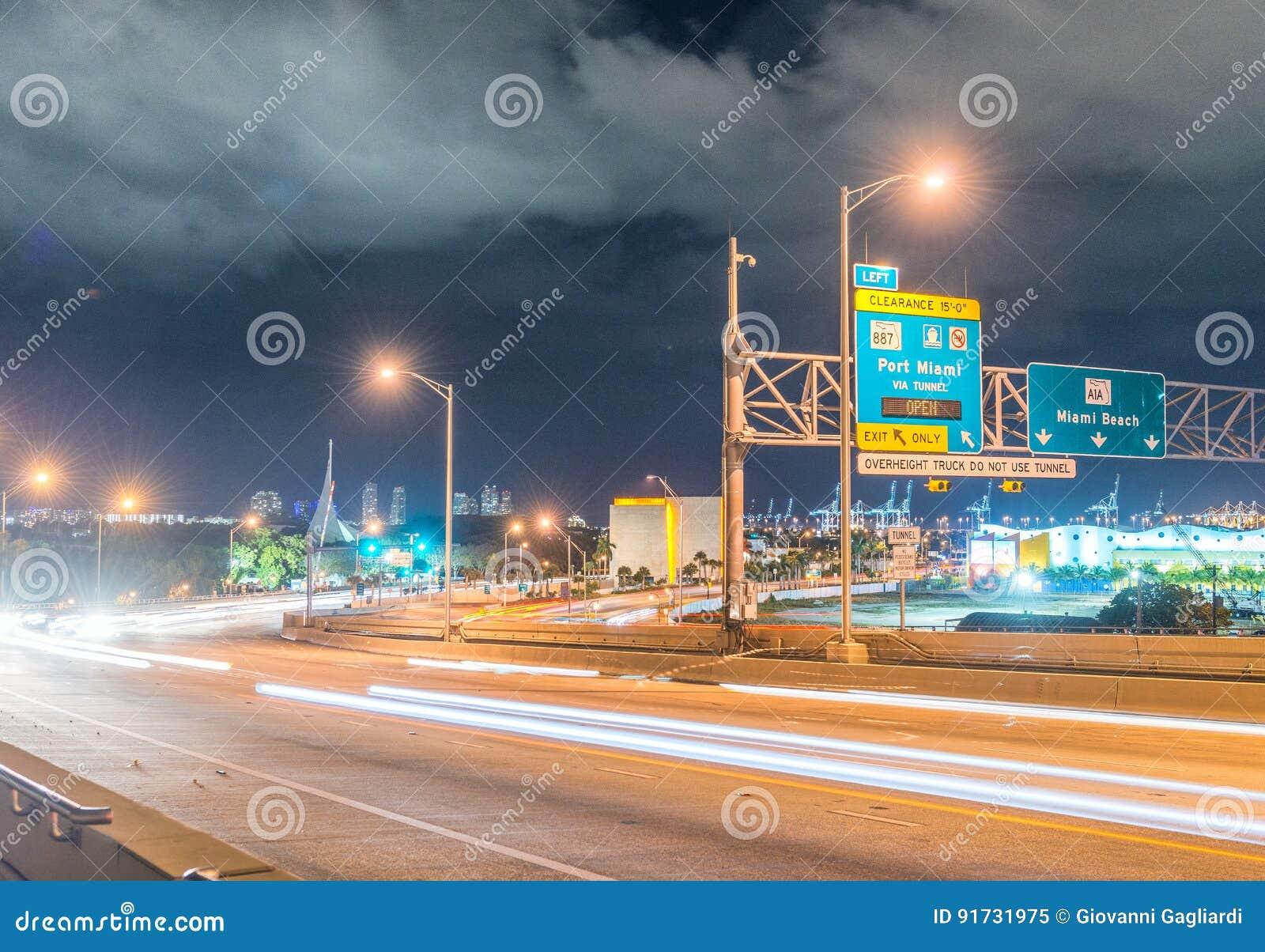 Дорожные знаки ночи в Майами, Флориде