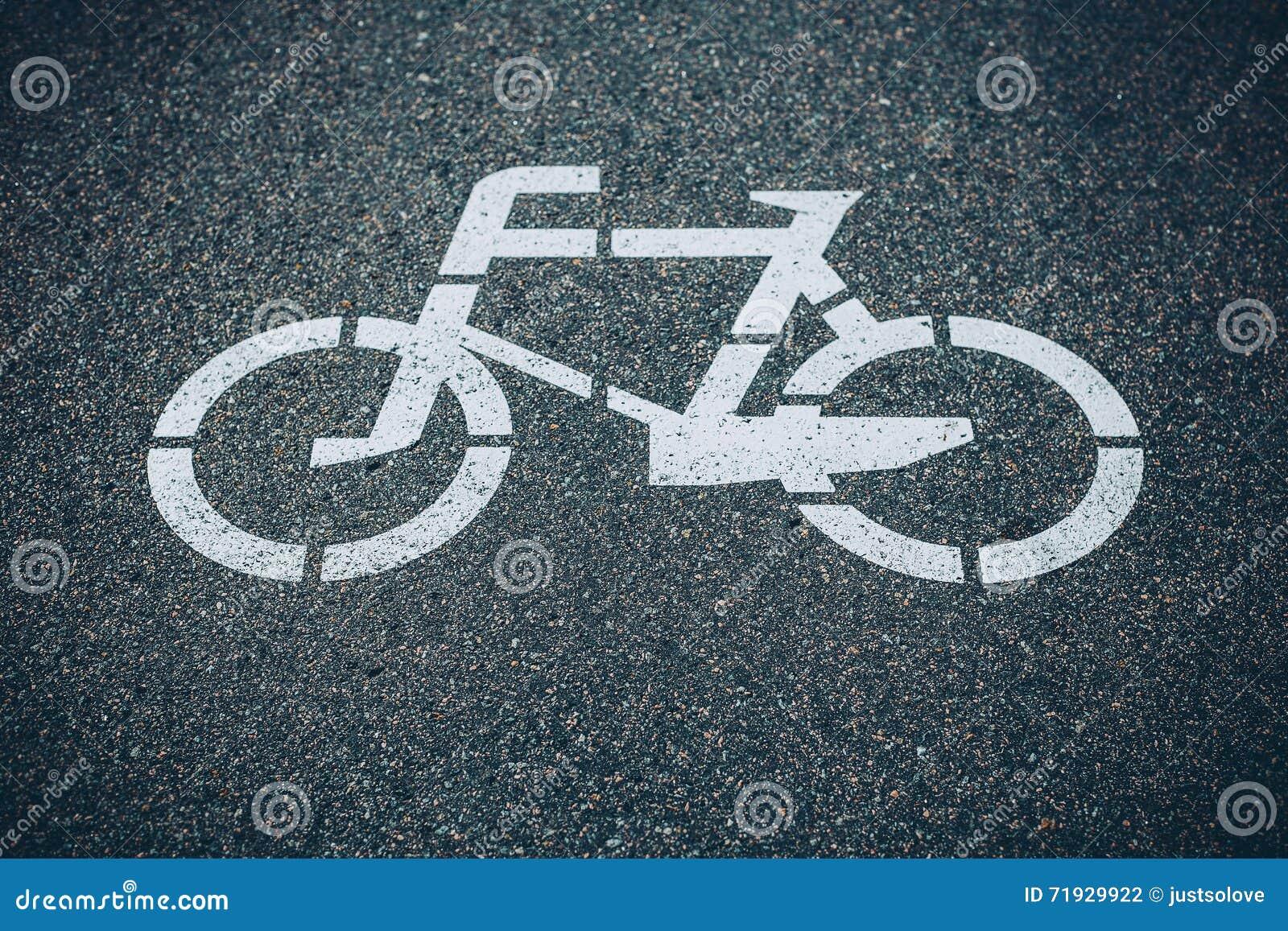 Дорожный знак велосипеда на асфальте