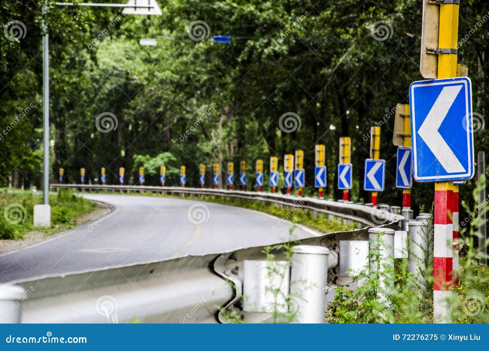 Download Доска сигнала дороги стоковое изображение. изображение насчитывающей bakeshop - 72276275