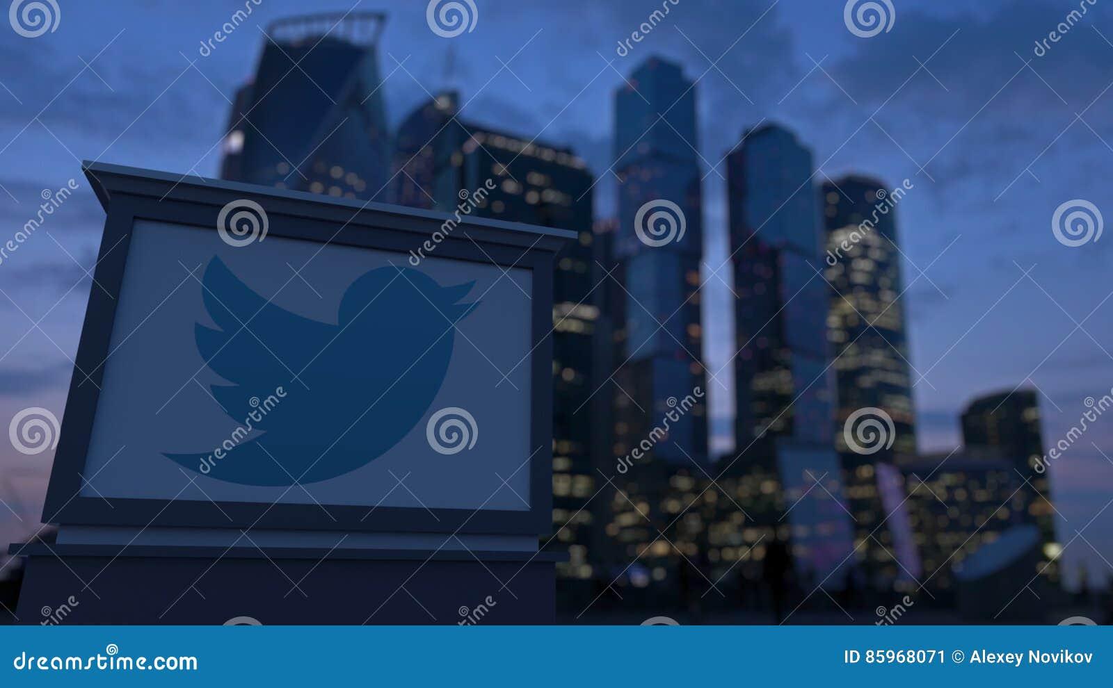Доска с Twitter, Inc signage улицы логотип в вечере Запачканная предпосылка небоскребов финансового района Editoria
