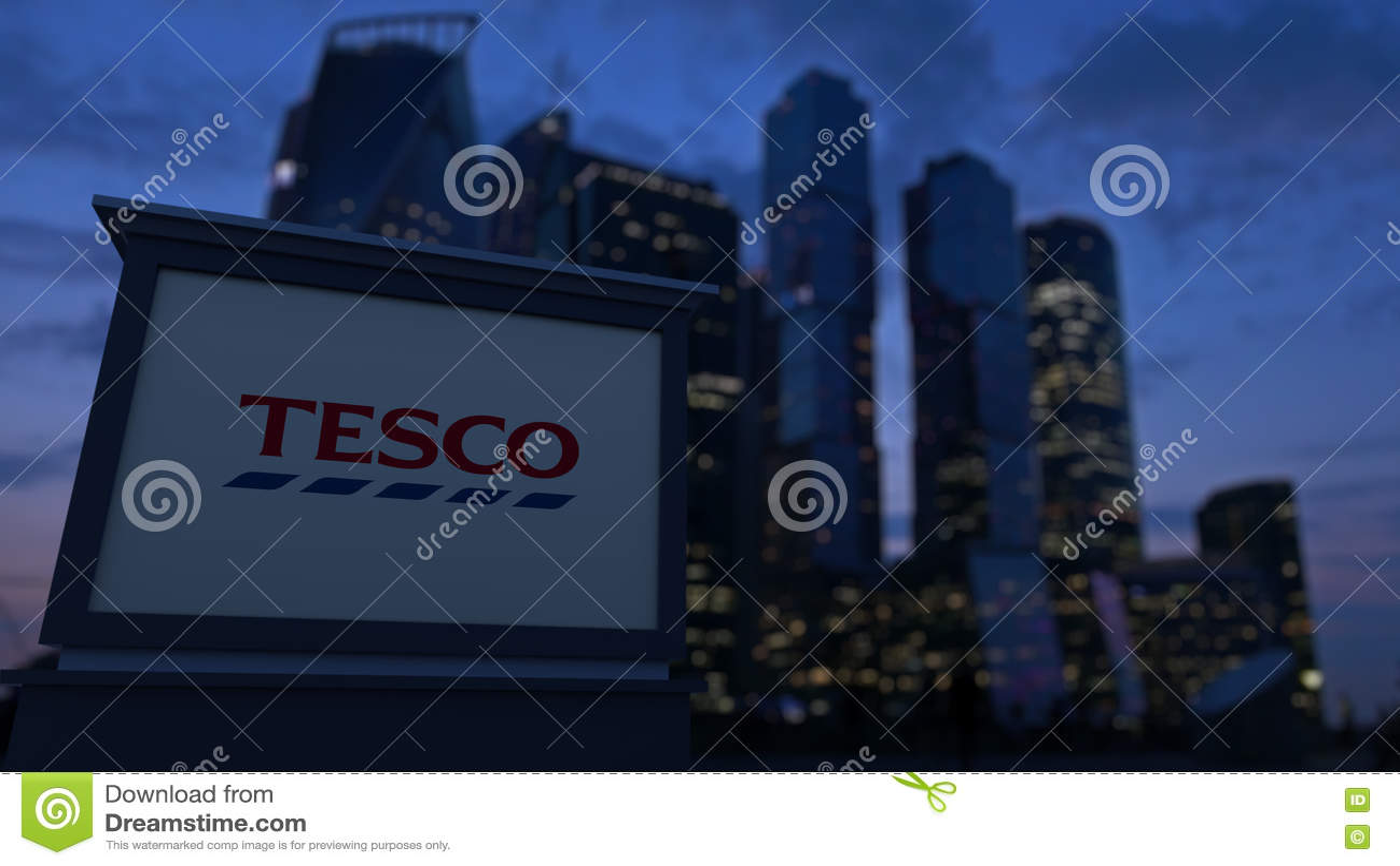 Доска signage улицы с логотипом Tesco в вечере Запачканная предпосылка небоскребов финансового района Редакционное 3D