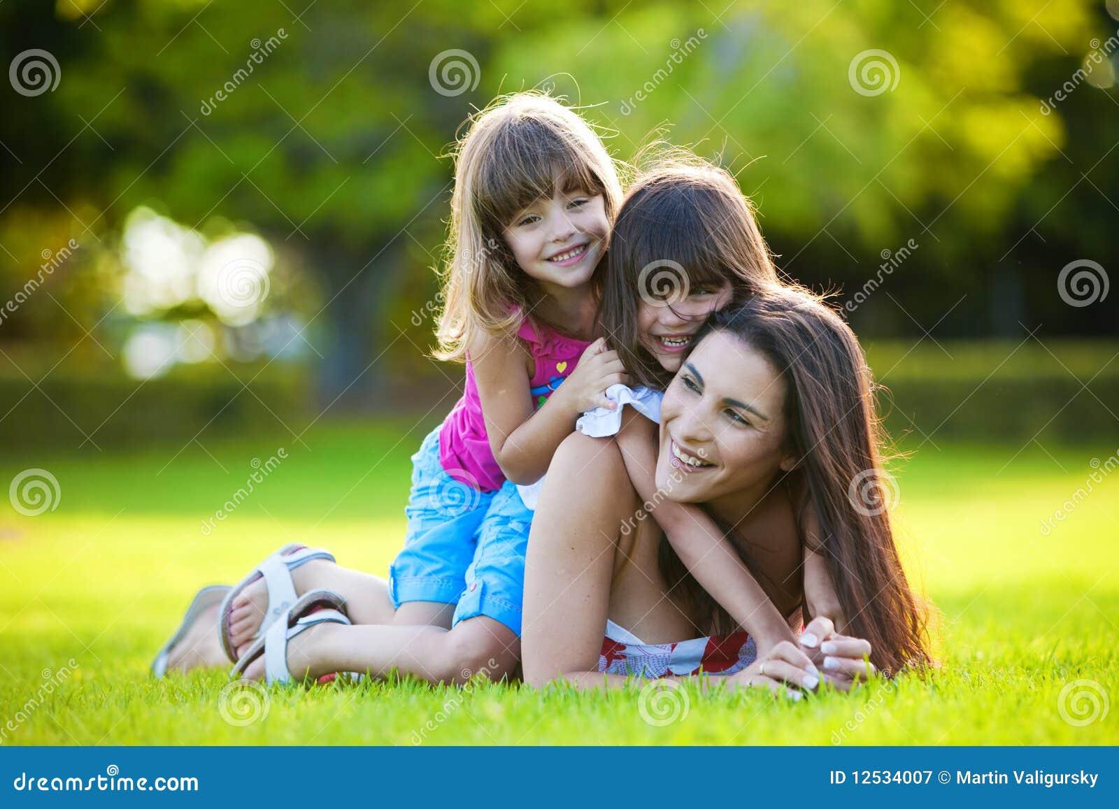 дочи будут матерью outdoors играть 2 детенышей