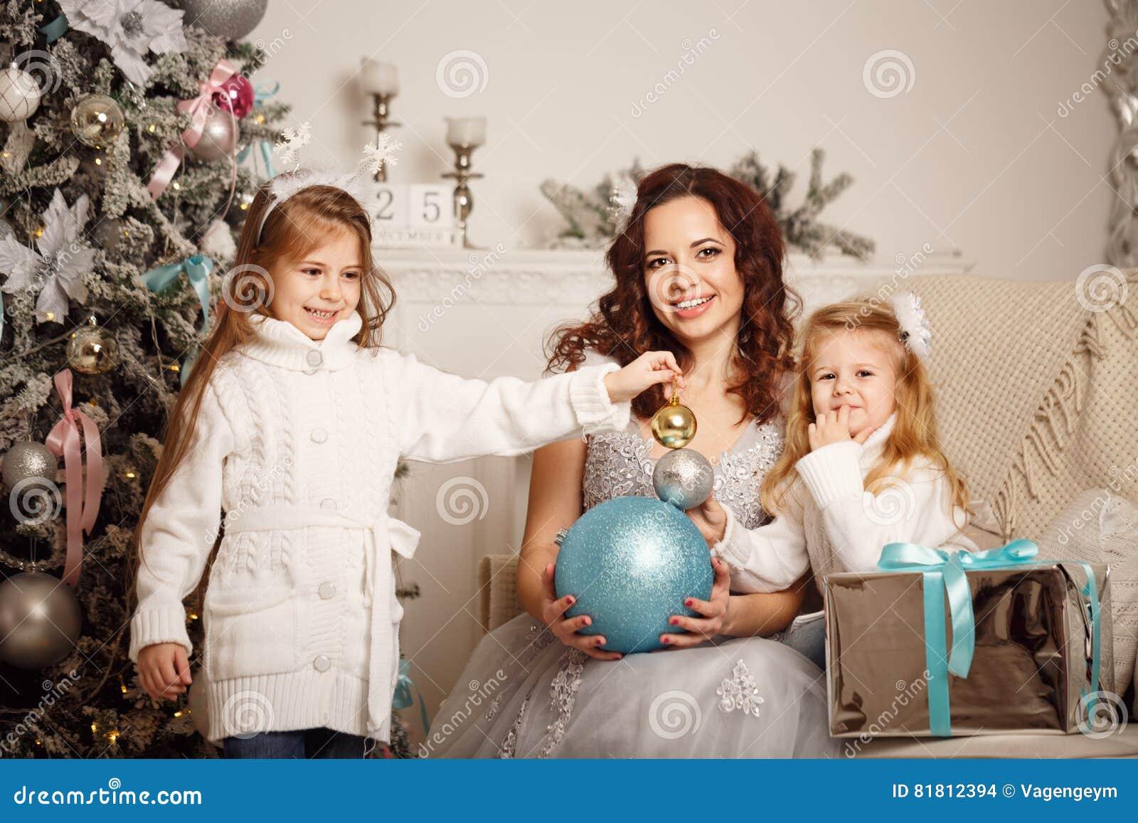 Дочь, мать и украшения рождества
